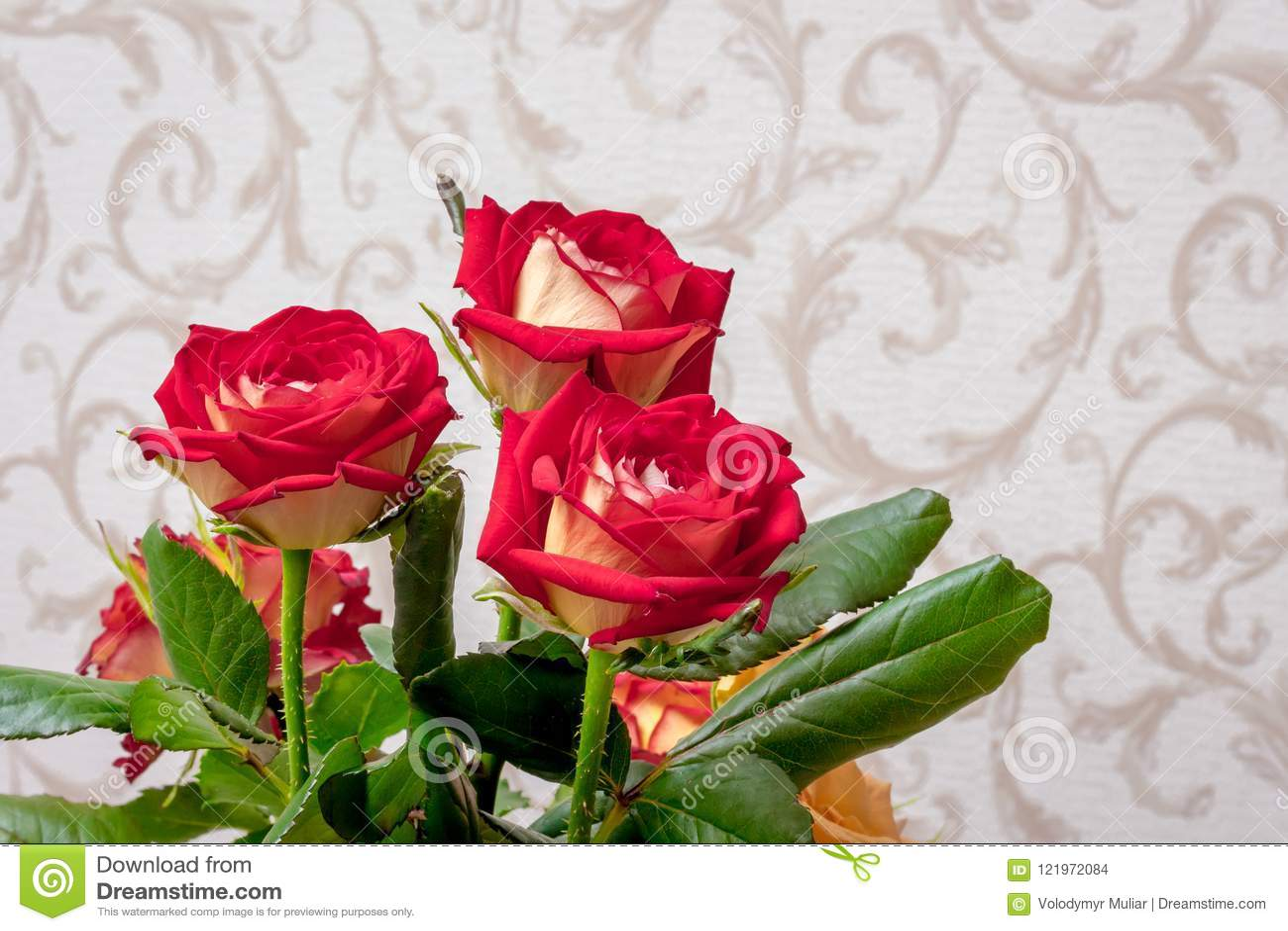 Ramalhete De Rosas Vermelhas No Fundo Do Papel De Parede Na