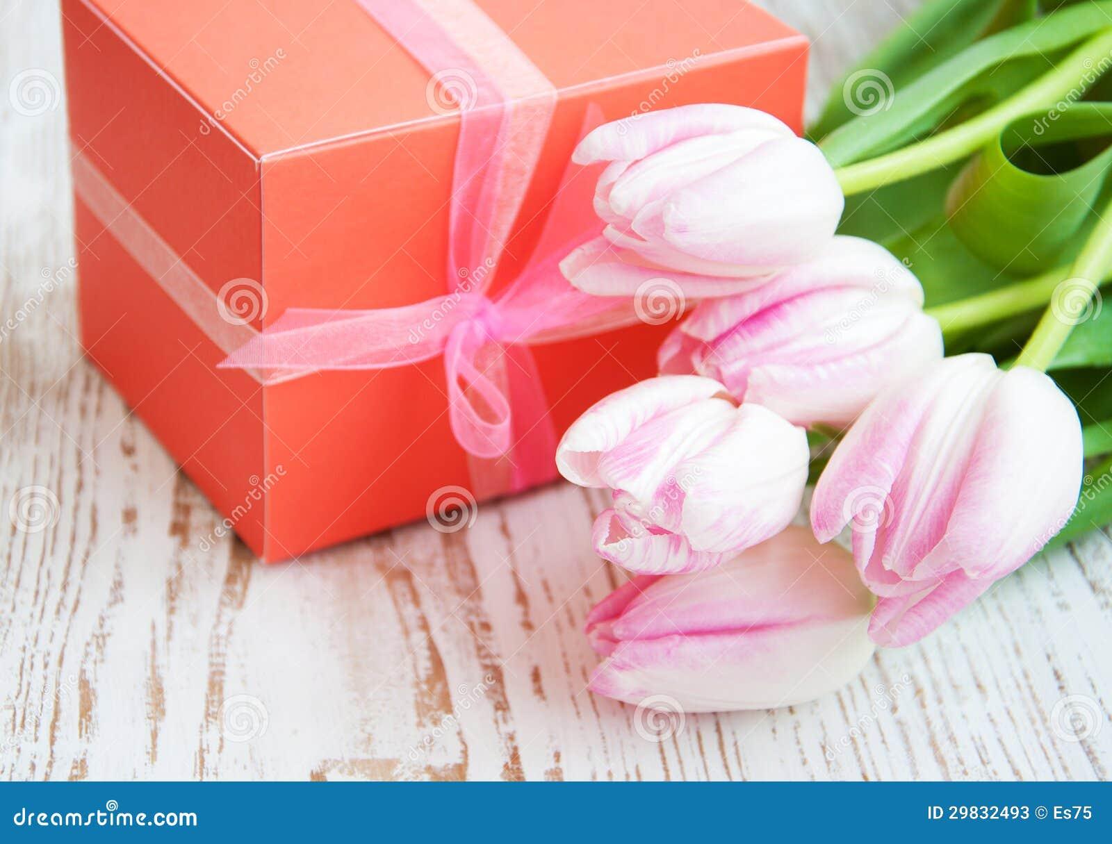 Ramalhete das tulipas, caixa de presente em uma tabela