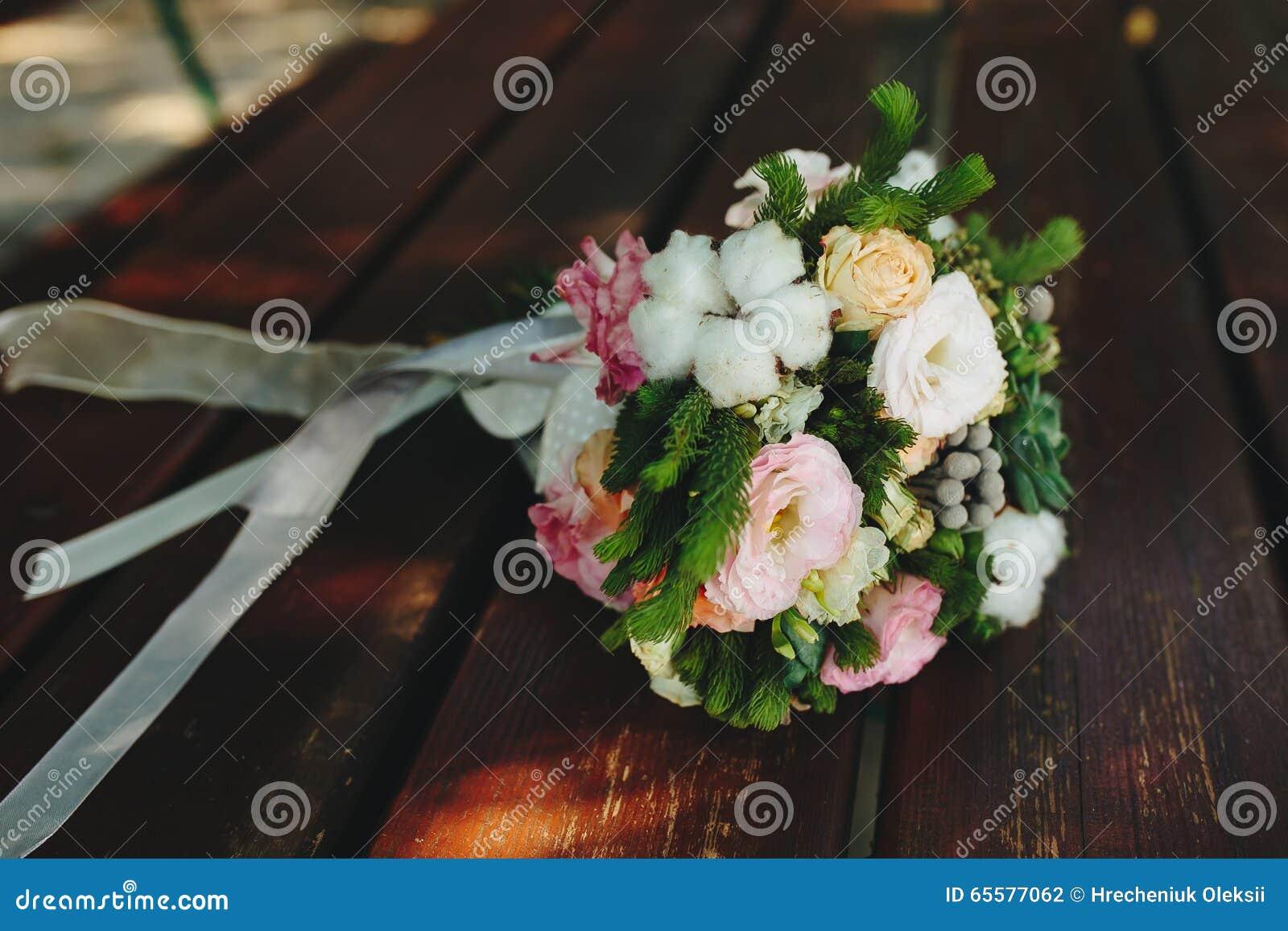 Ramalhete do casamento em um banco