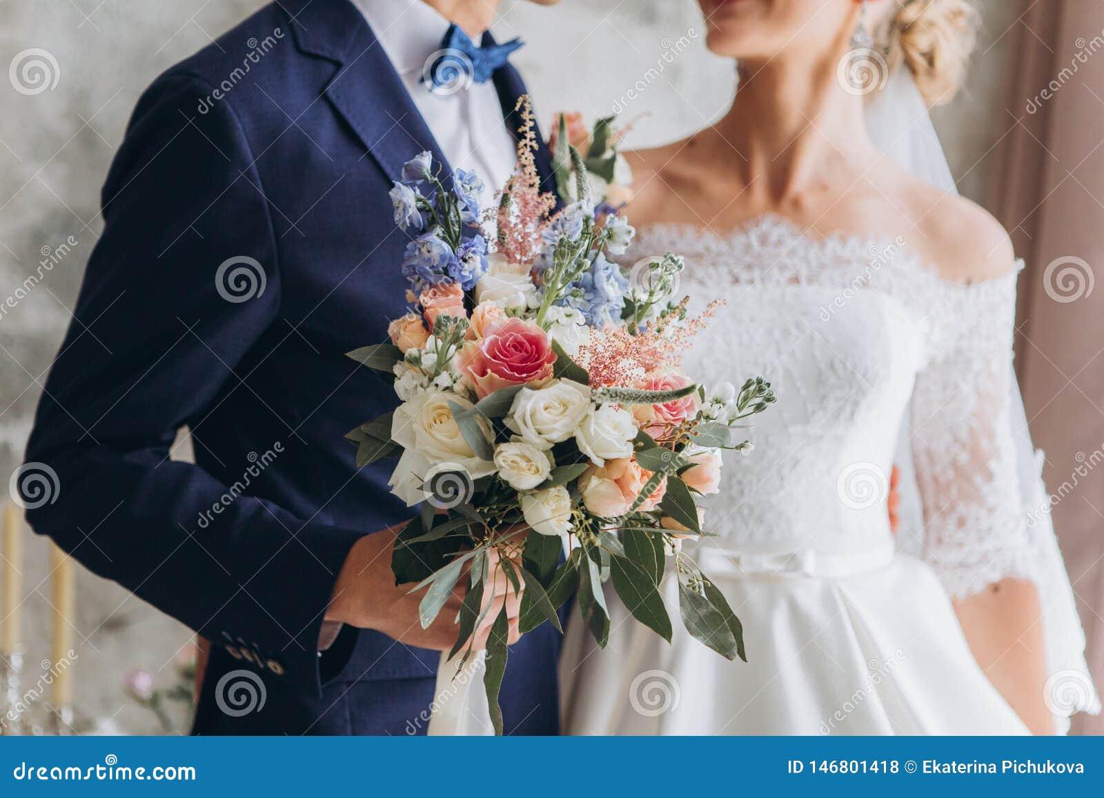 Ramalhete do casamento, floristics, com as flores azuis e cor-de-rosa