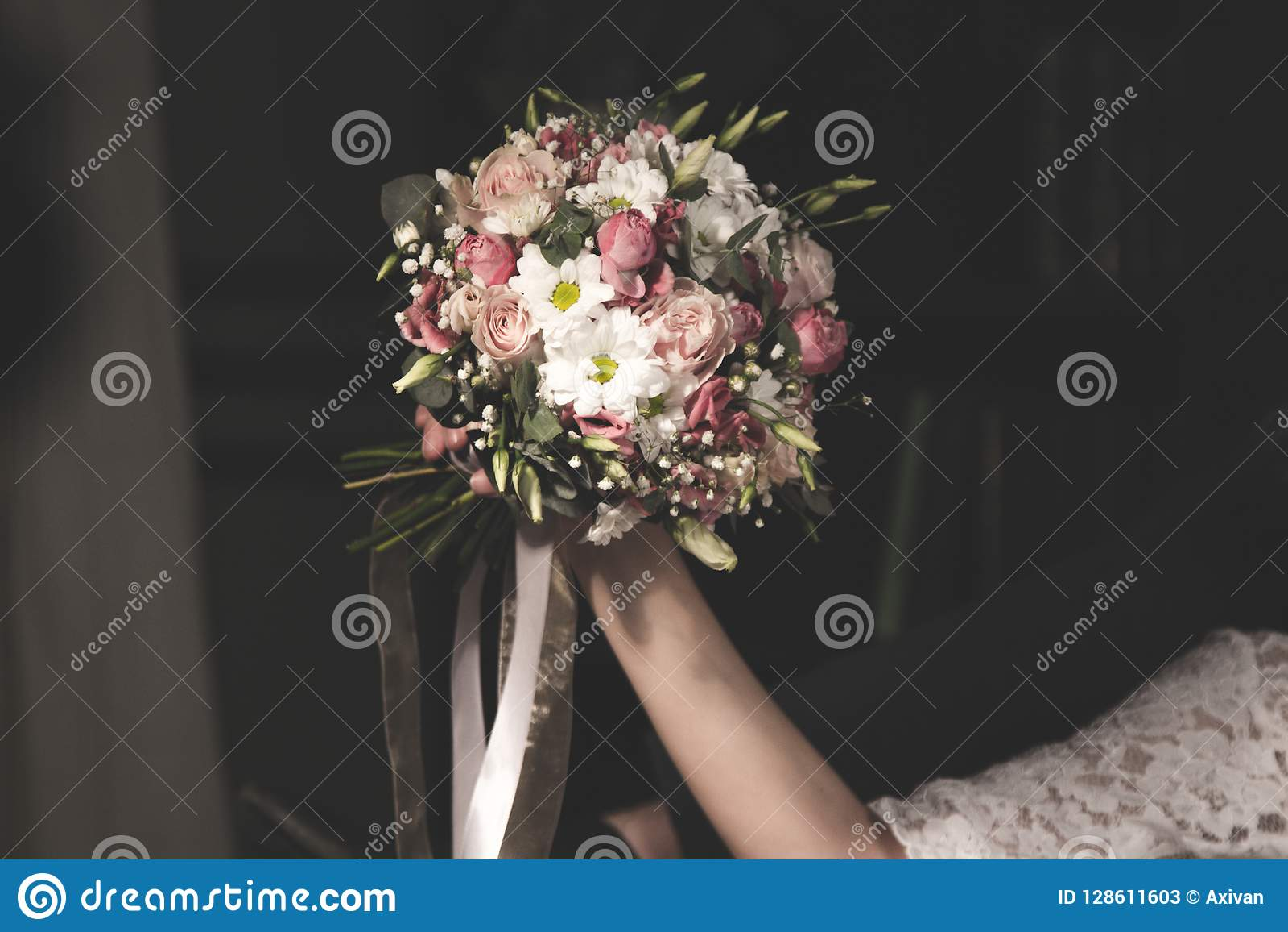 Ramalhete do casamento no bride& x27; mãos de s