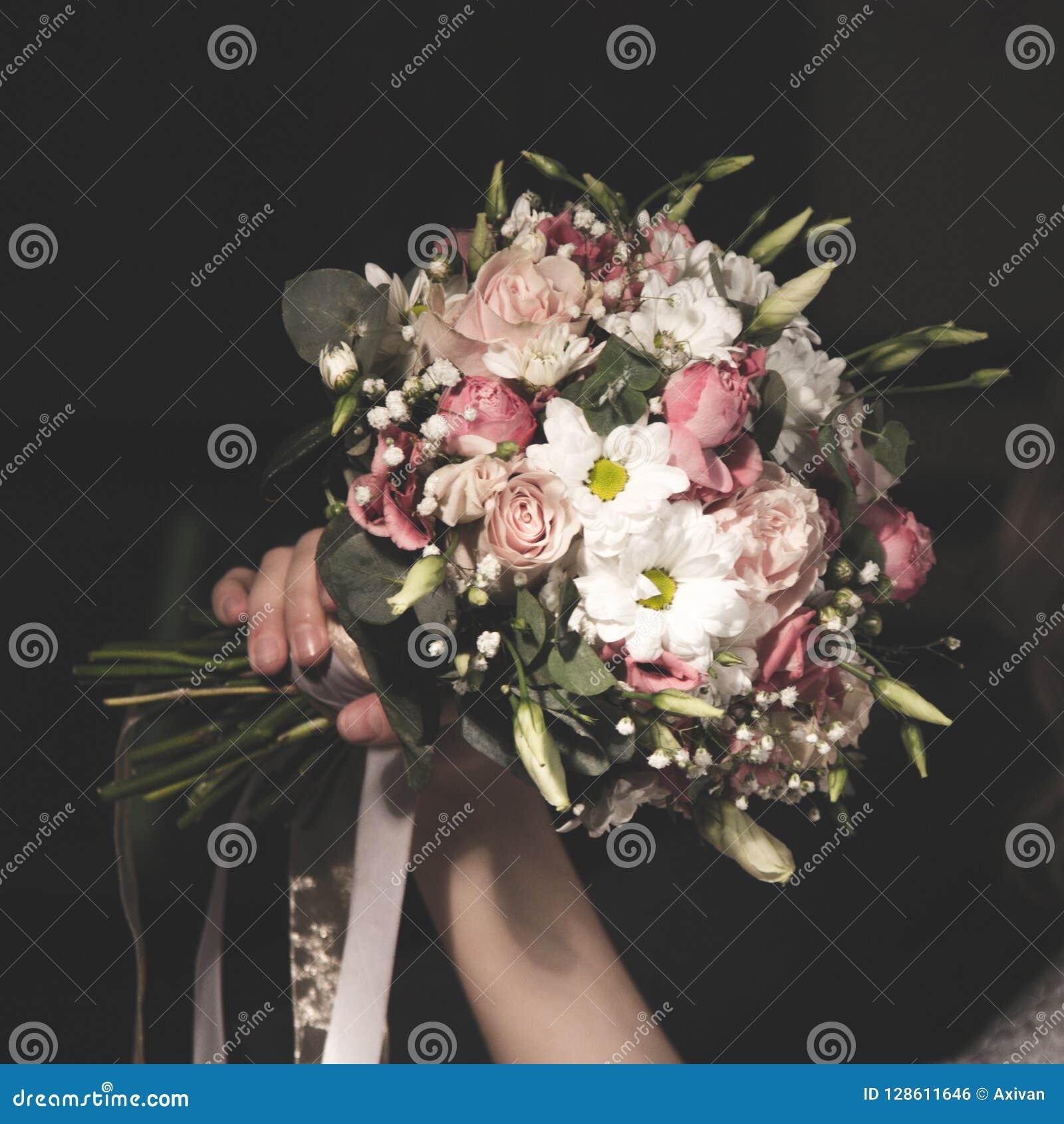 Ramalhete do casamento no bride& x27; s entrega o prolongamento quadrado
