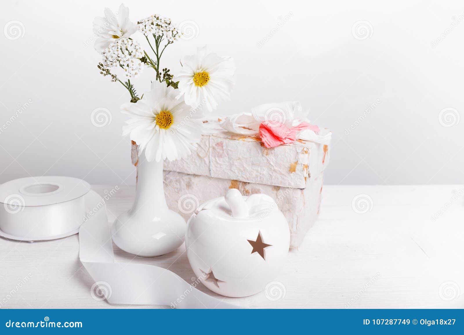 Ramalhete Do Cosmos Ou Do Cosmea Branco Dos Wildflowers No Vaso