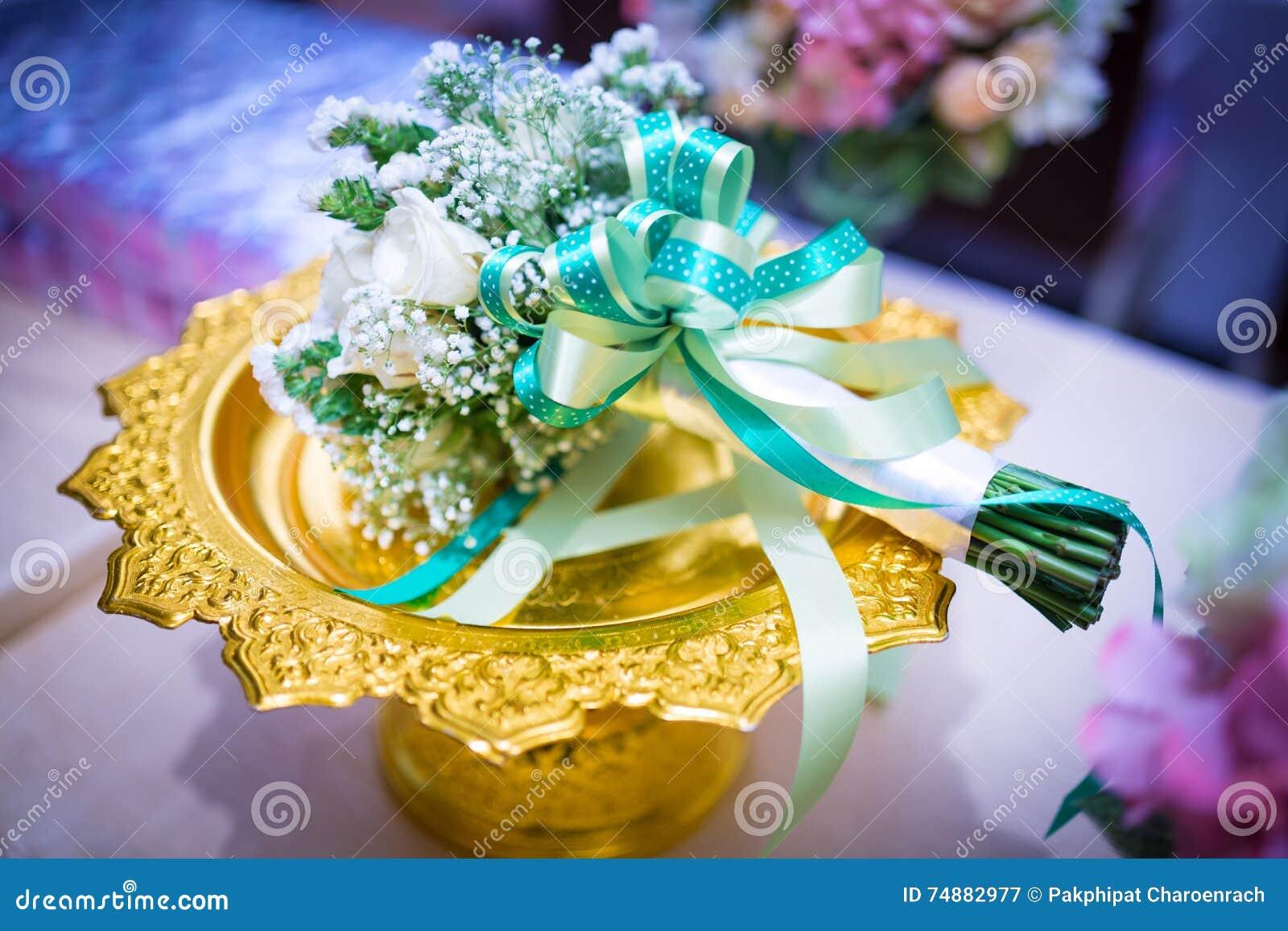 Ramalhete nupcial delicado bonito em um ouro Phan - Weddi floral