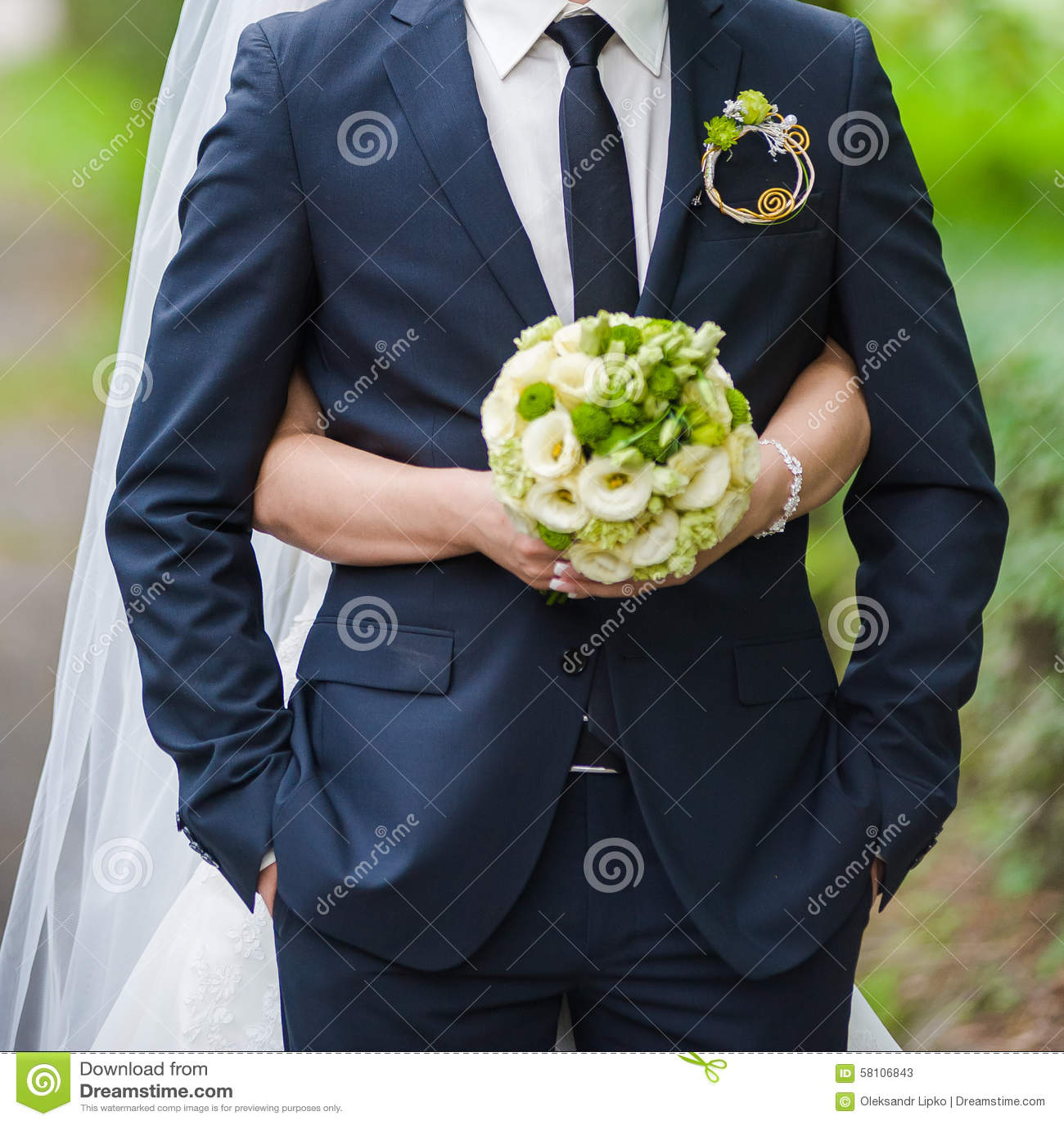 Ramalhetes bonitos das flores prontas para a cerimônia de casamento grande