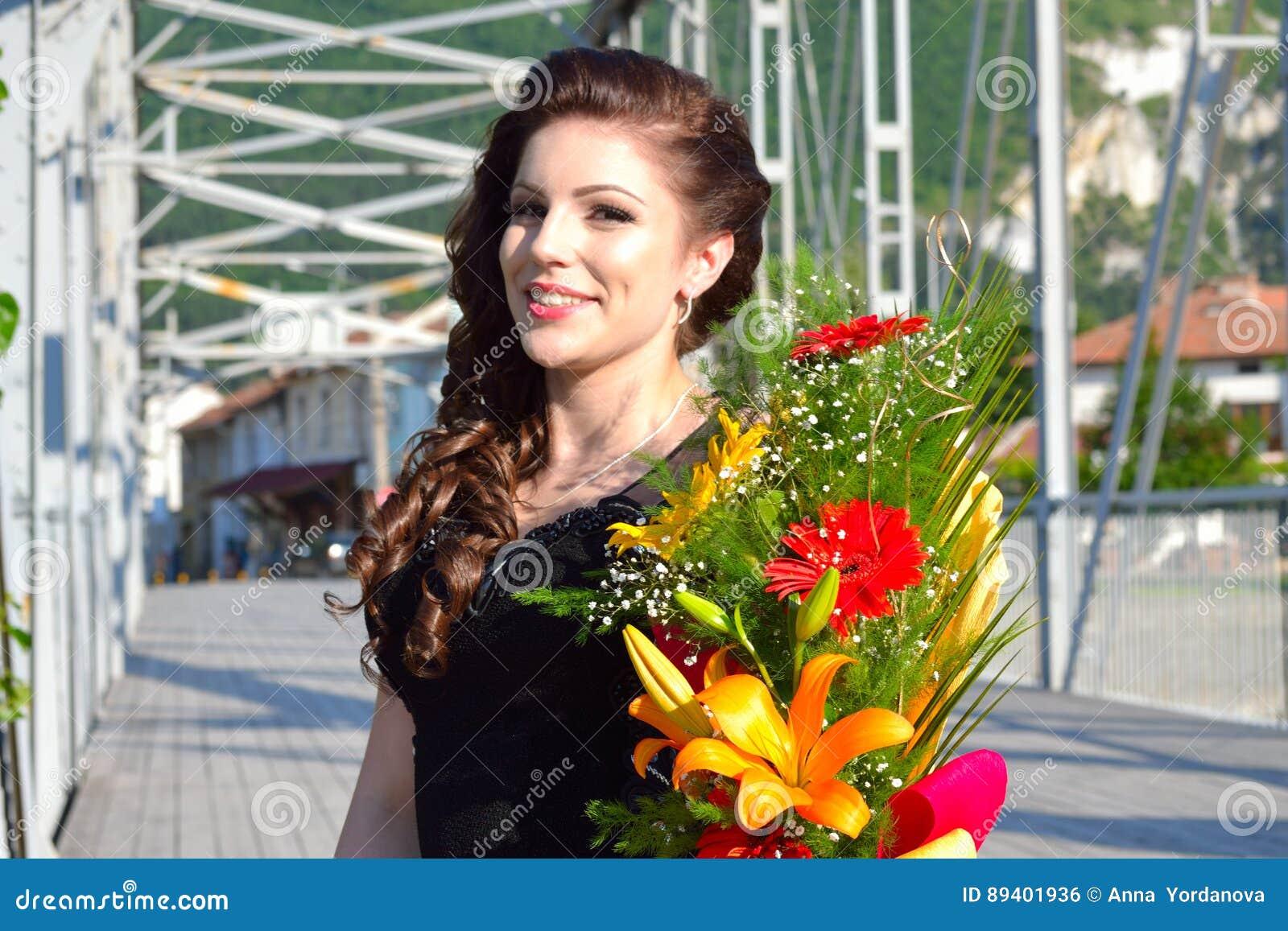Ramalhetes elegantes Bulgária da flor da jovem mulher da beleza