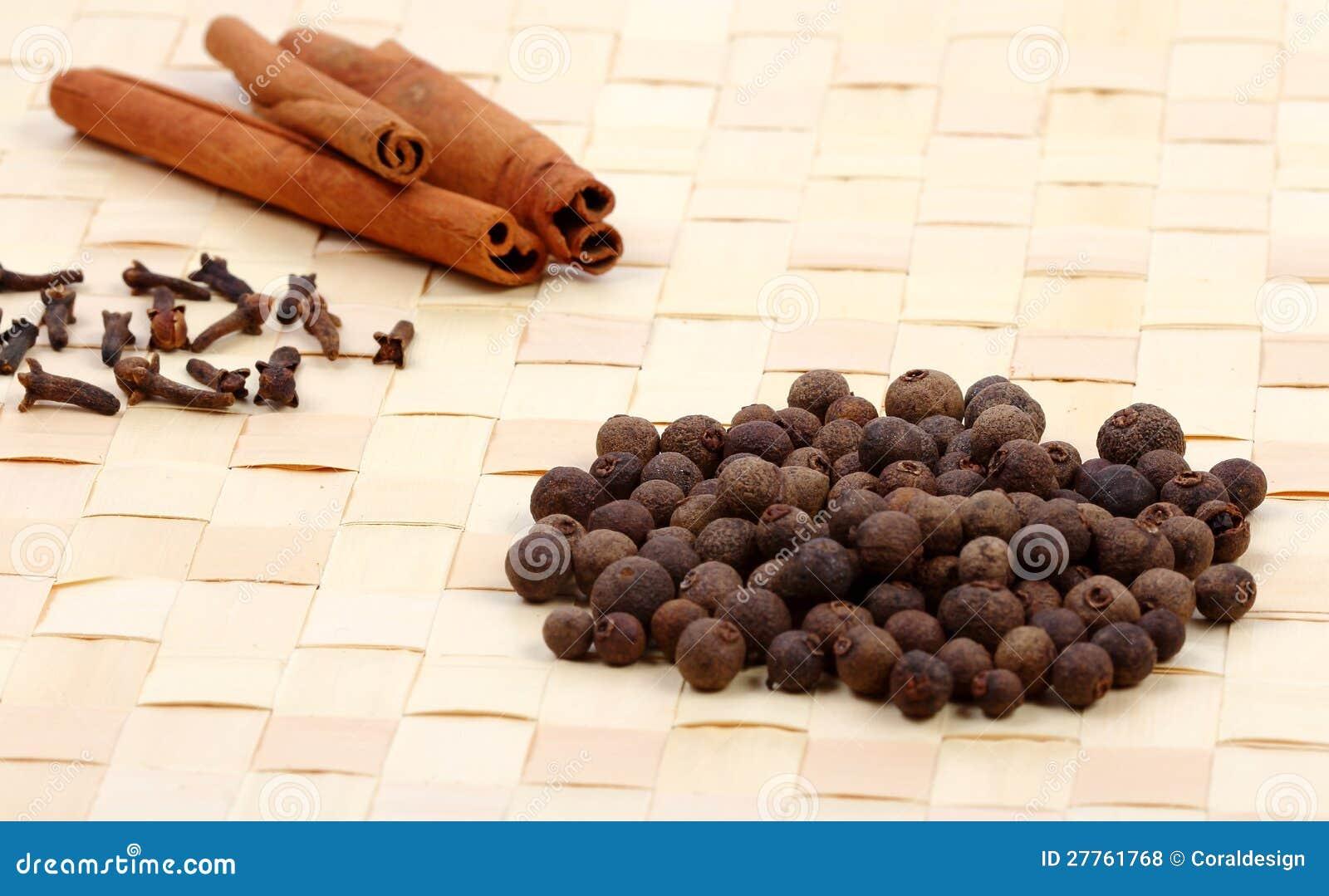 Ramassage d épices sur un couvre-tapis de table