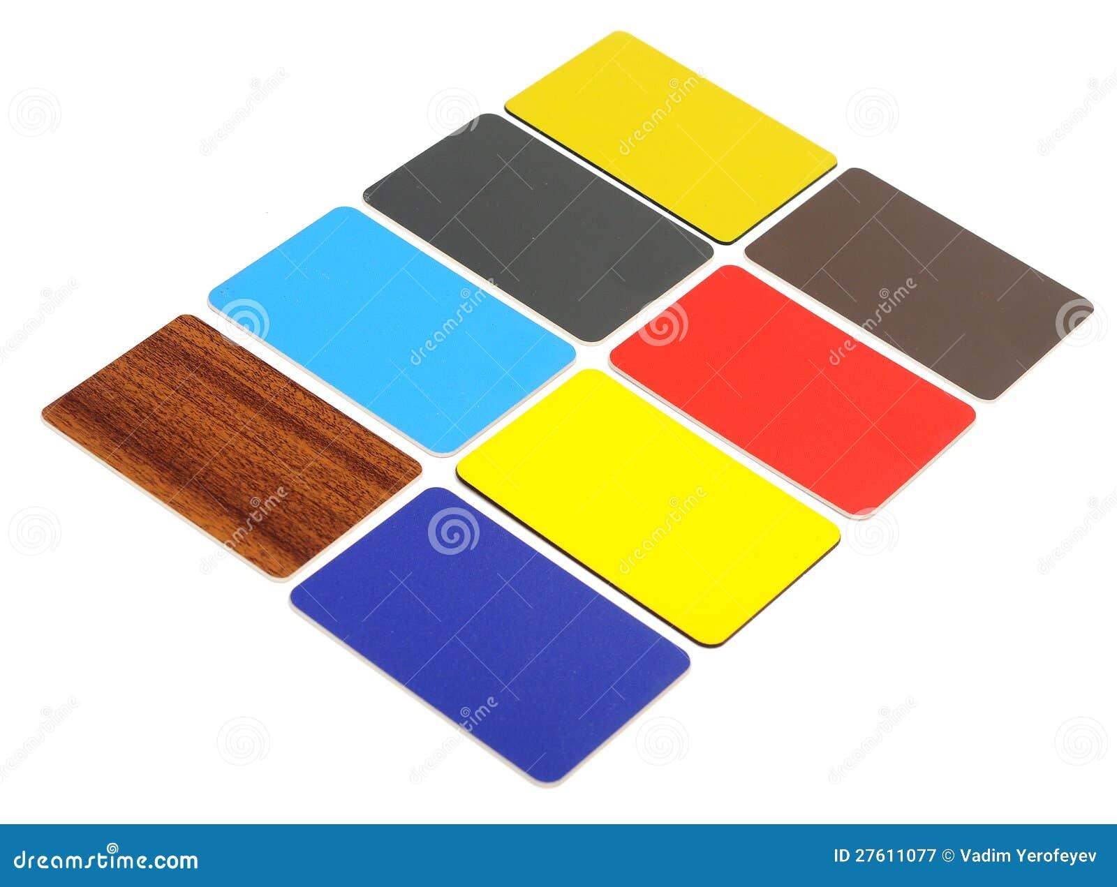 Ramassage de cartes en plastique colorées