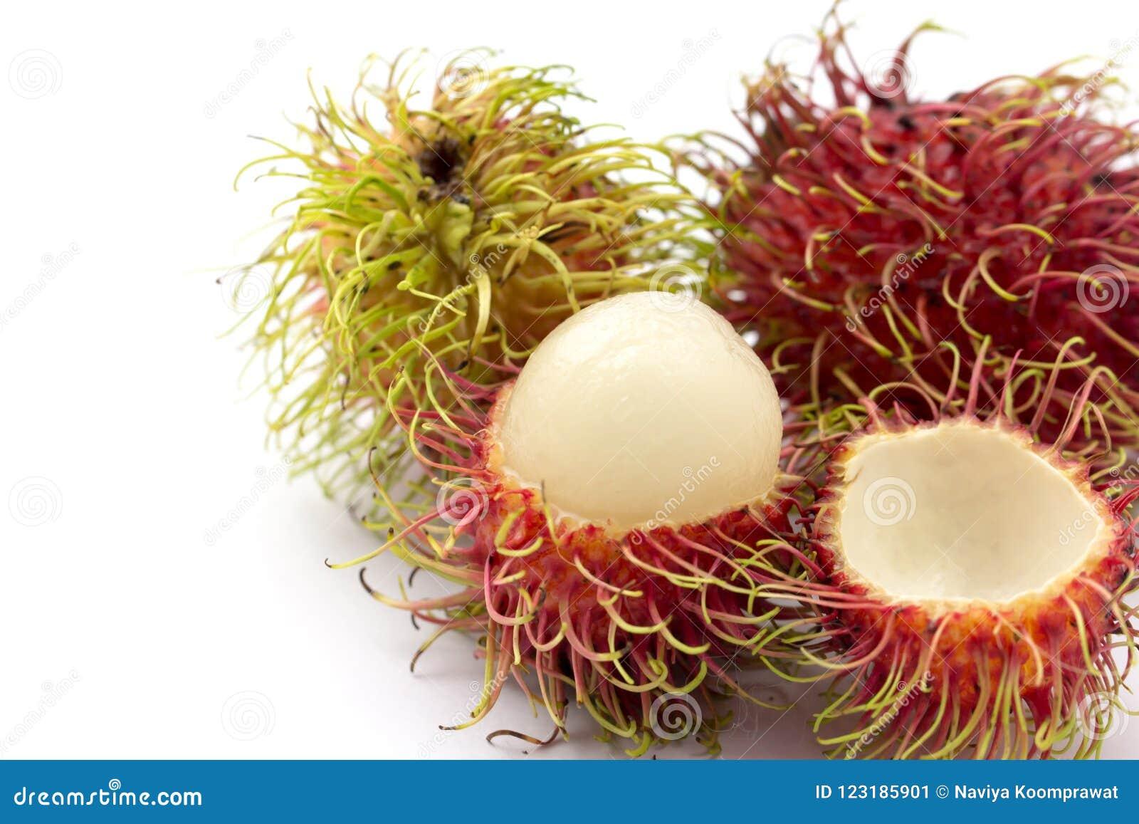 Rambutanen bär frukt på vit bakgrund