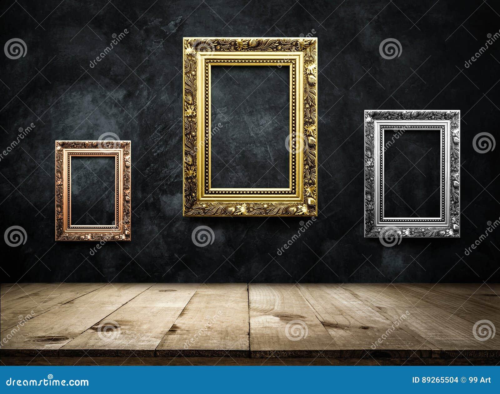 Rame antico della cornice, argento, oro sulla parete scura w di lerciume