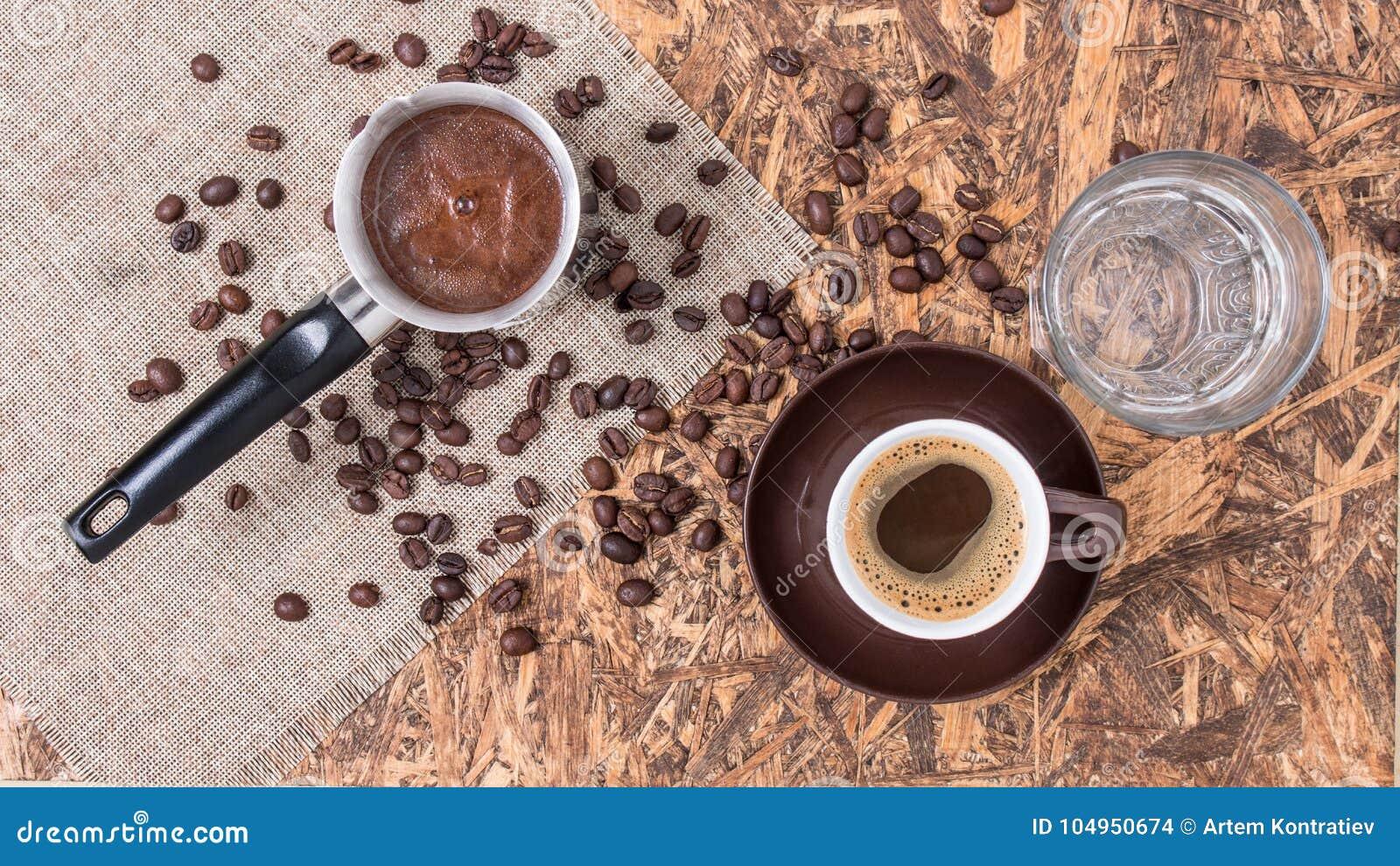 Rame, tazza ed acqua del caffè Caffè greco con acqua e la caffettiera