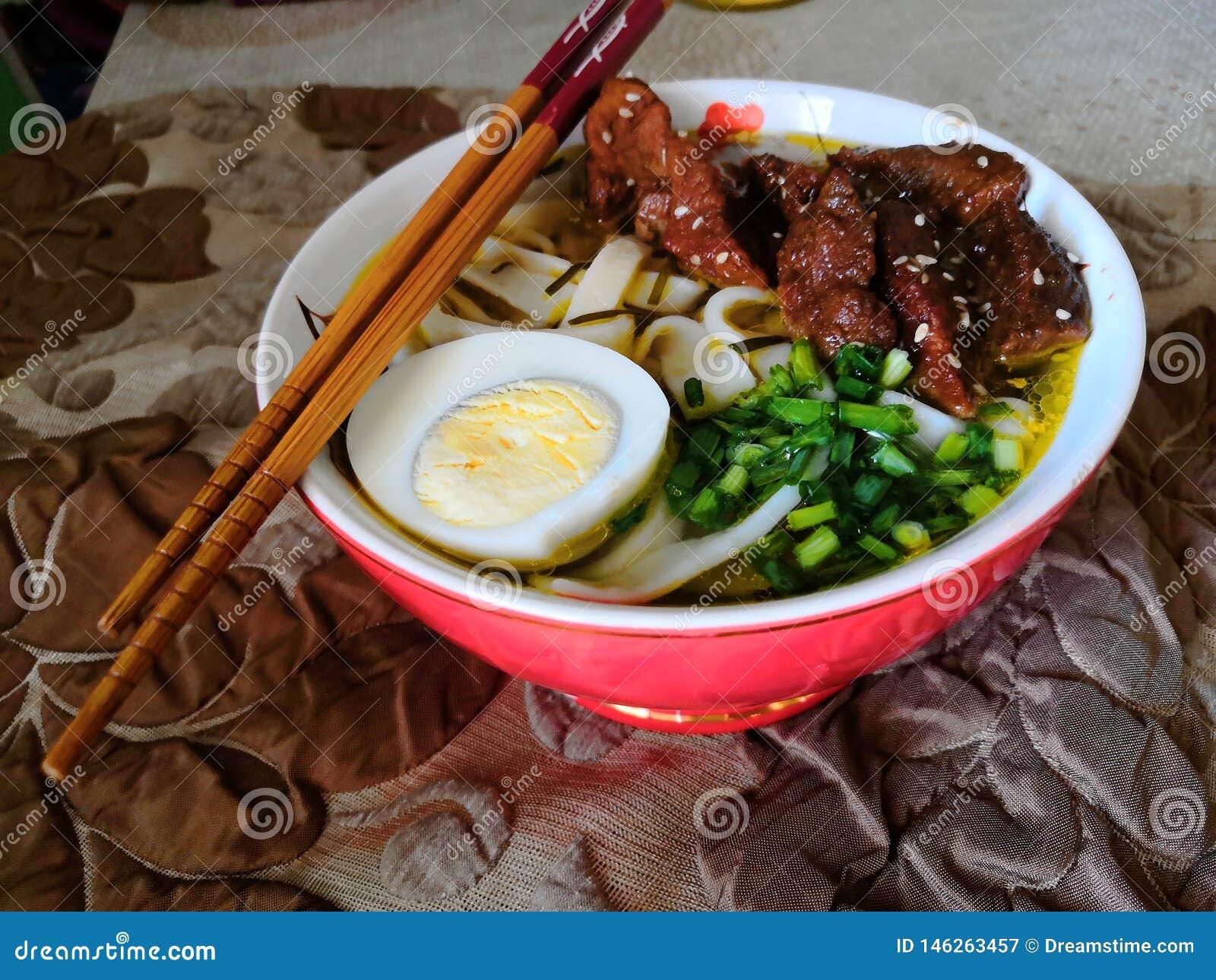 Ramen caseiros com carne de porco e galinha