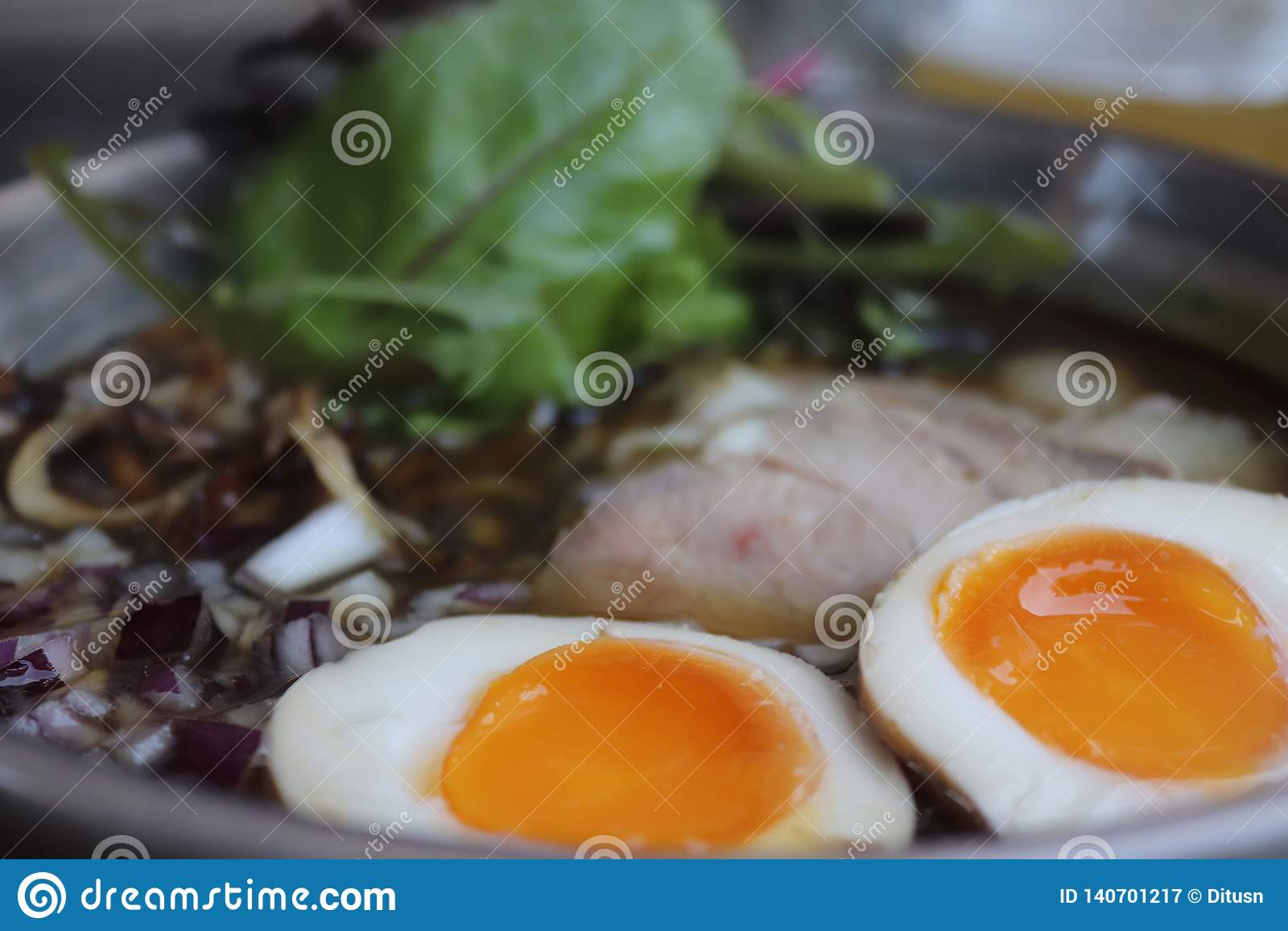Ramen delizioso con le uova e la carne