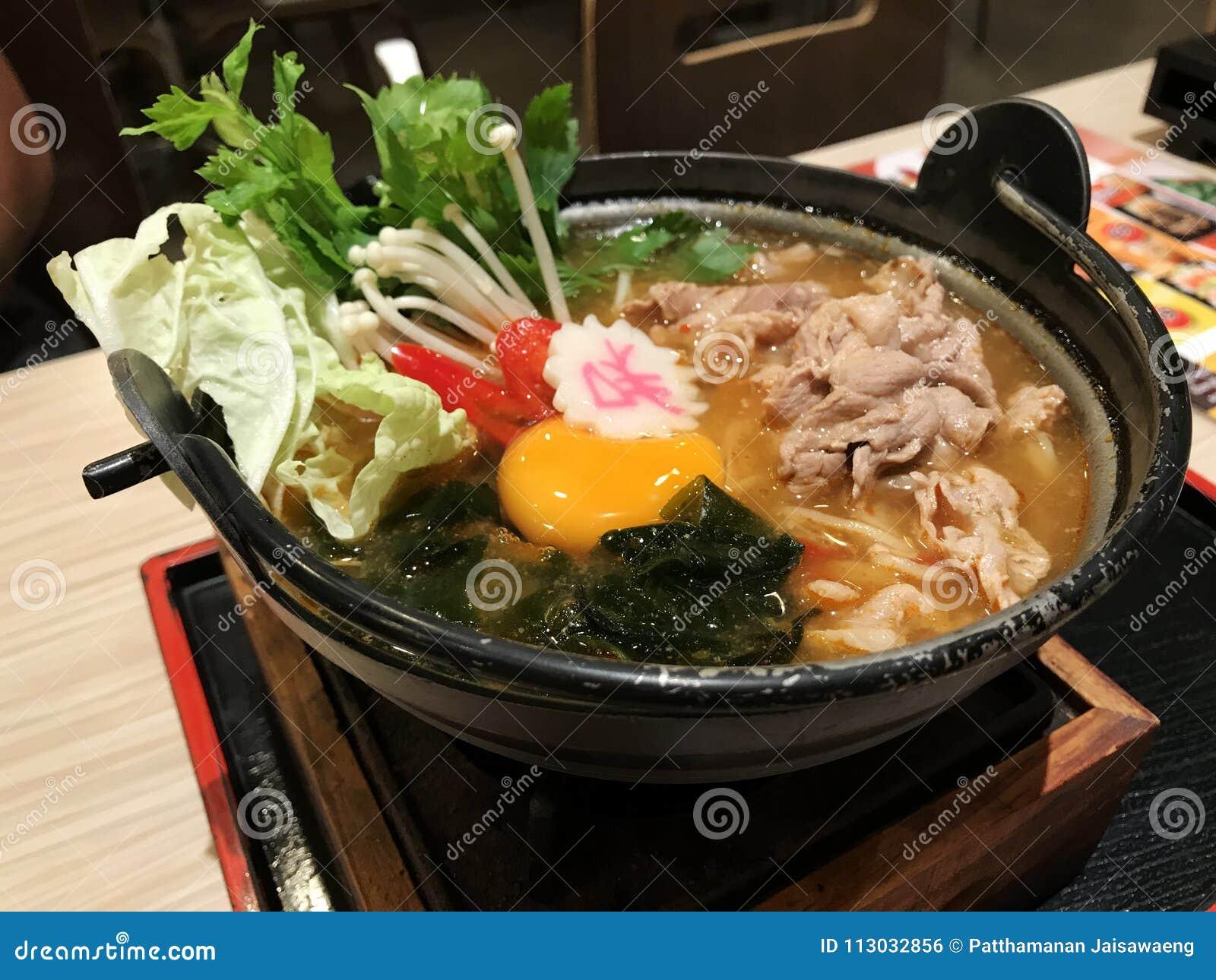 Ramen japoneses con la verdura del huevo y el cerdo de la rebanada en el top