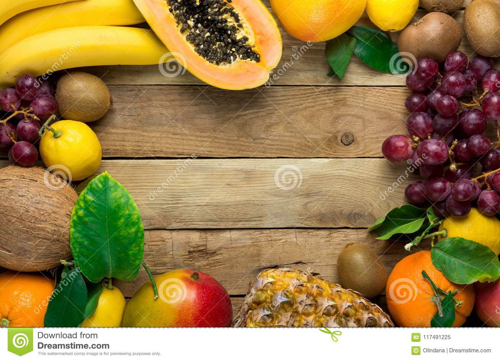 Ramen med kopieringsutrymme från nytt tropiskt och sommar bär frukt apelsiner Kiwi Bananas Lemons Grapefruit för kokosnöten för a