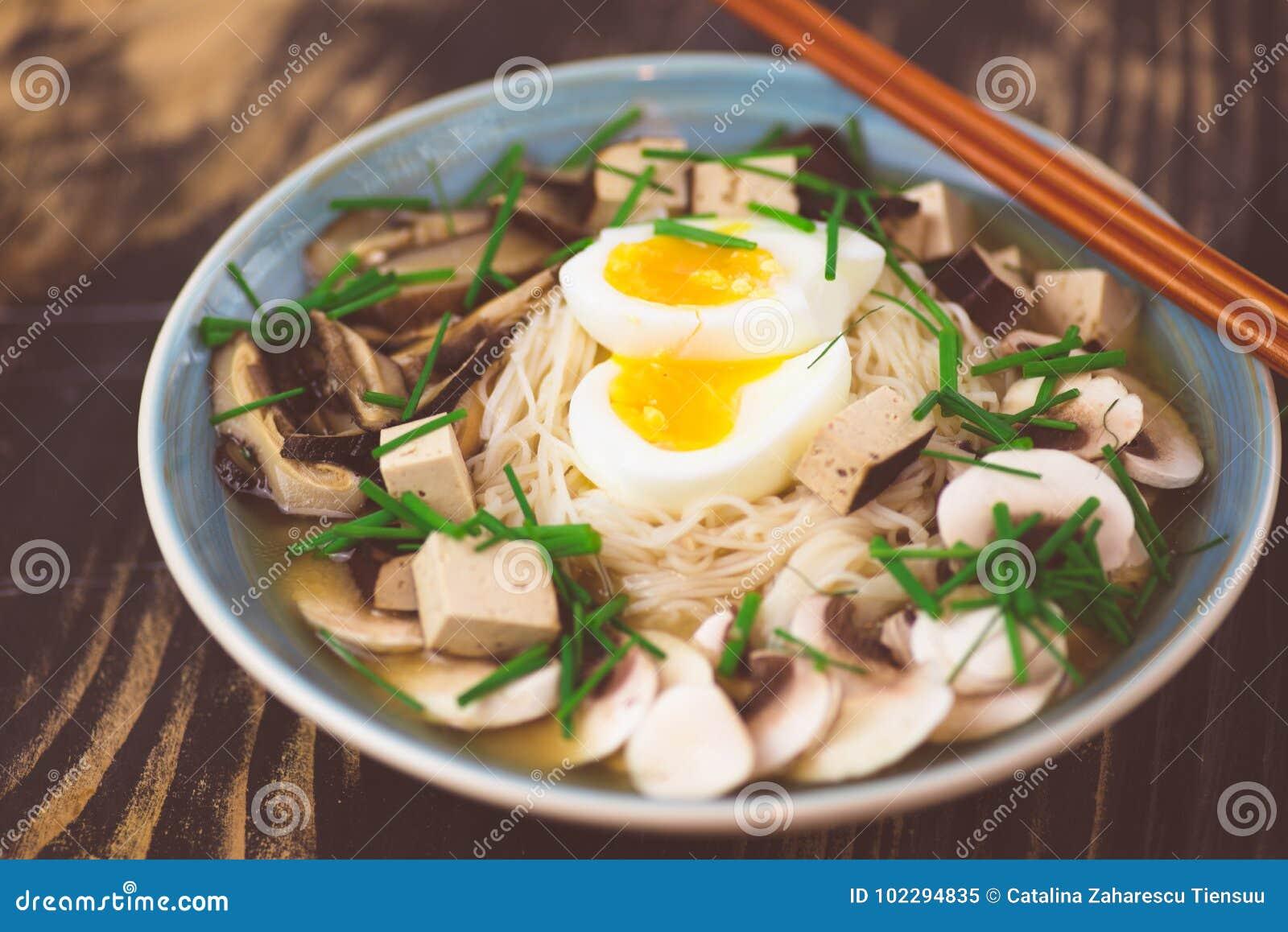 Ramen vegetariano con il miso, il tofu ed i funghi