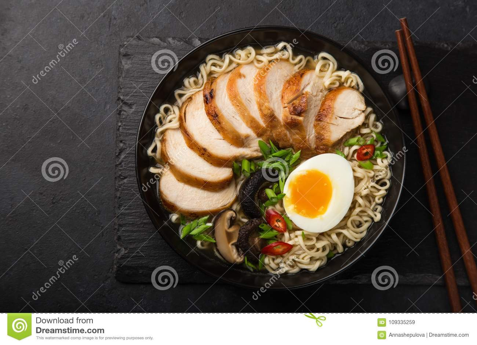 RamenNudelsuppe mit Huhn, Shiitake mushroms und Ei im bla