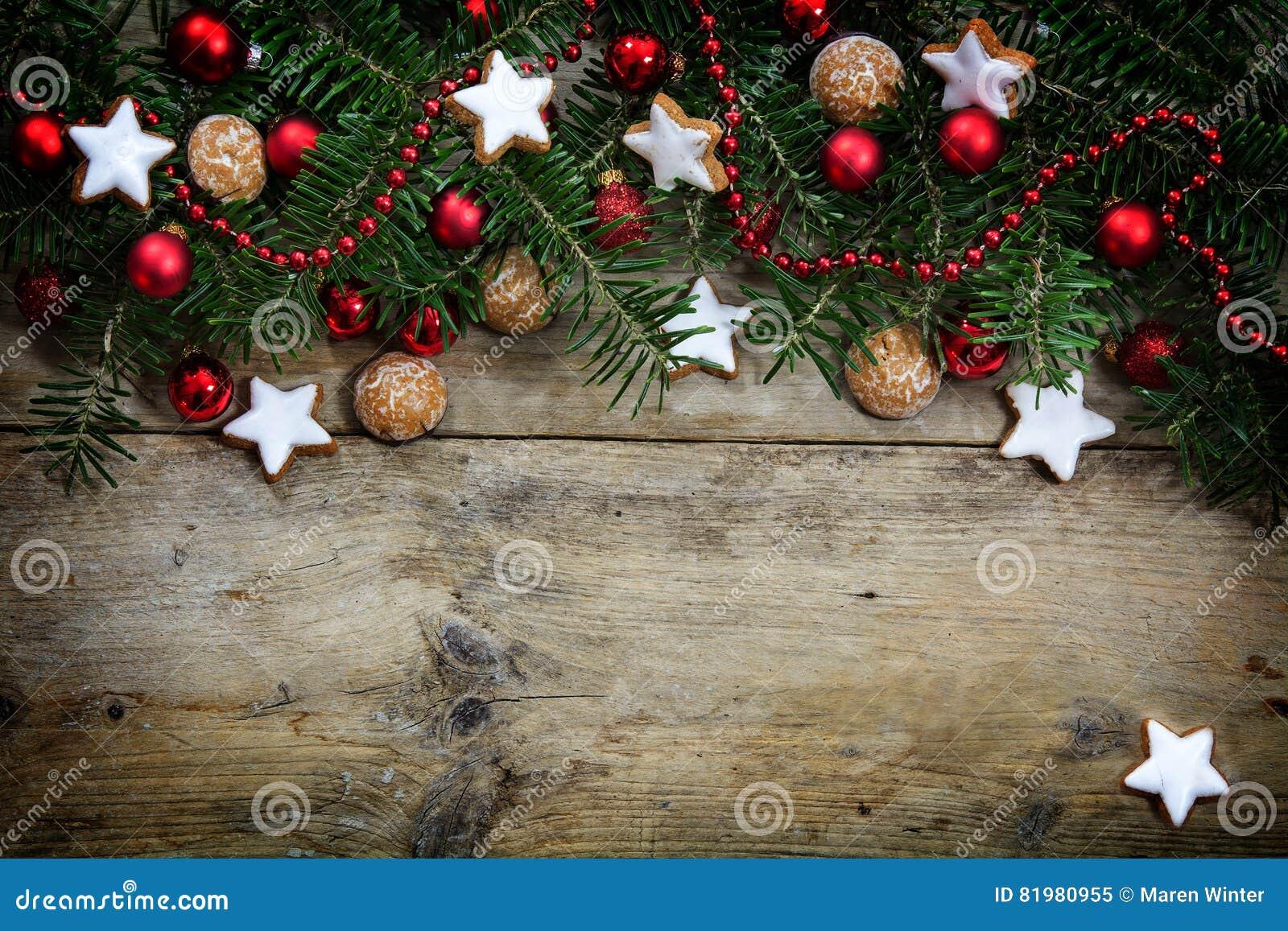 Albero Di Natale Decorato Con Biscotti.Rami Di Albero Dell Abete Decorati Con Le Palle Ed I Biscotti Rossi Di Natale Immagine Stock Immagine Di Rosso Rustic 81980955