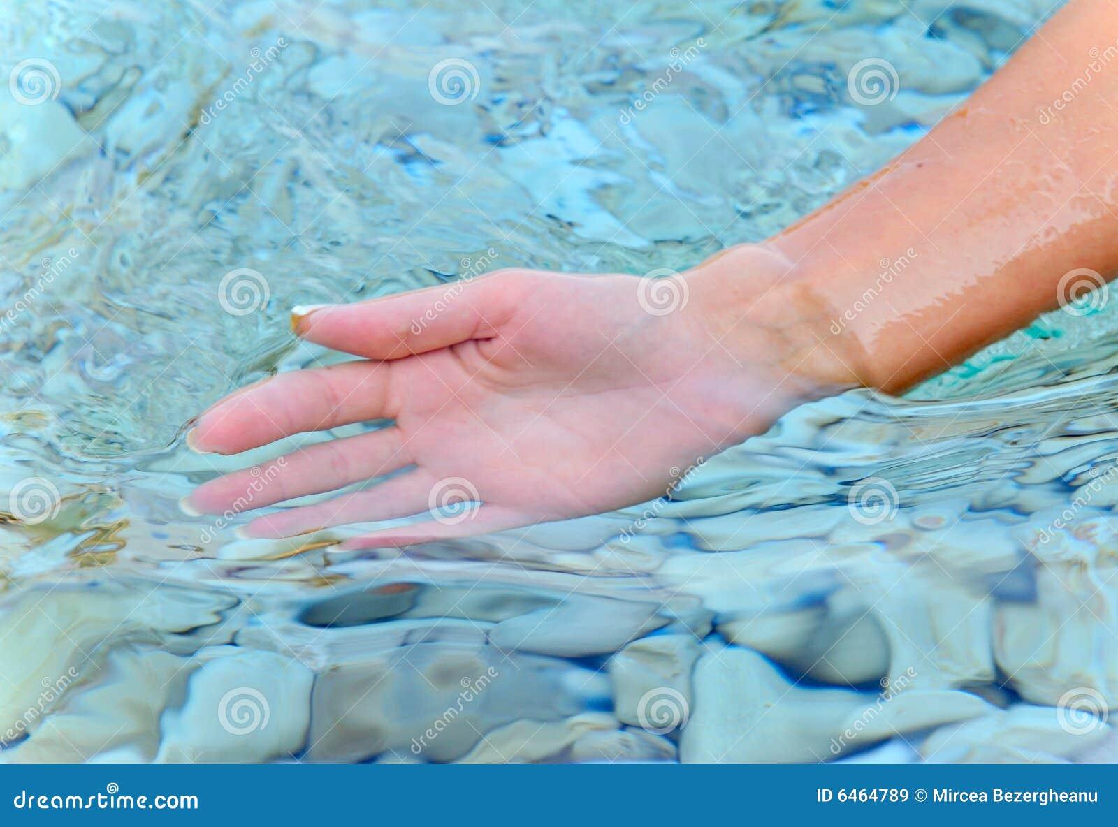 Ramiona kobiety wody