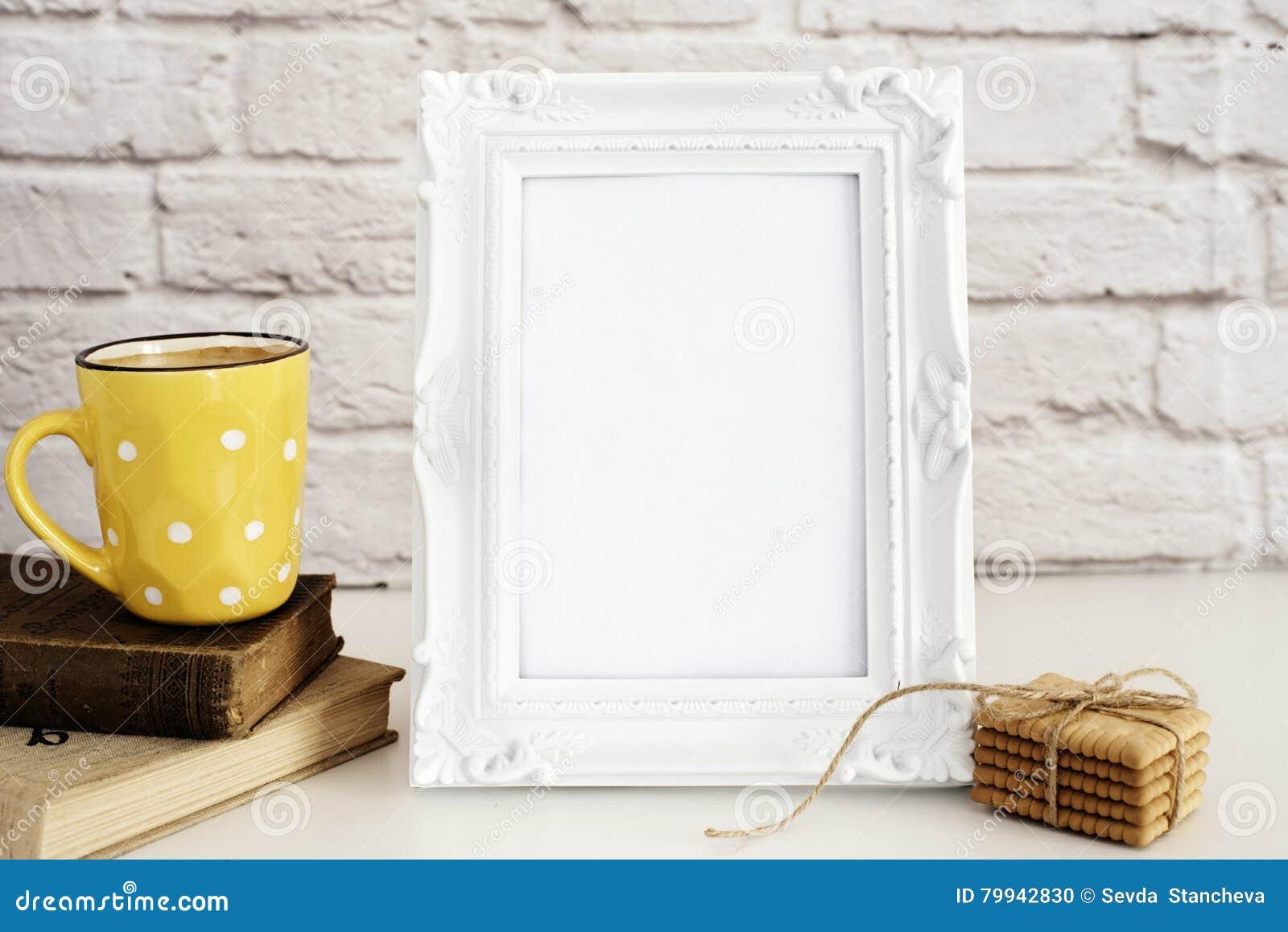Rammodell Vit ramåtlöje upp Gul kopp kaffe med vita prickar, cappuccino, Latte, gamla böcker, kakor Skärmmodell