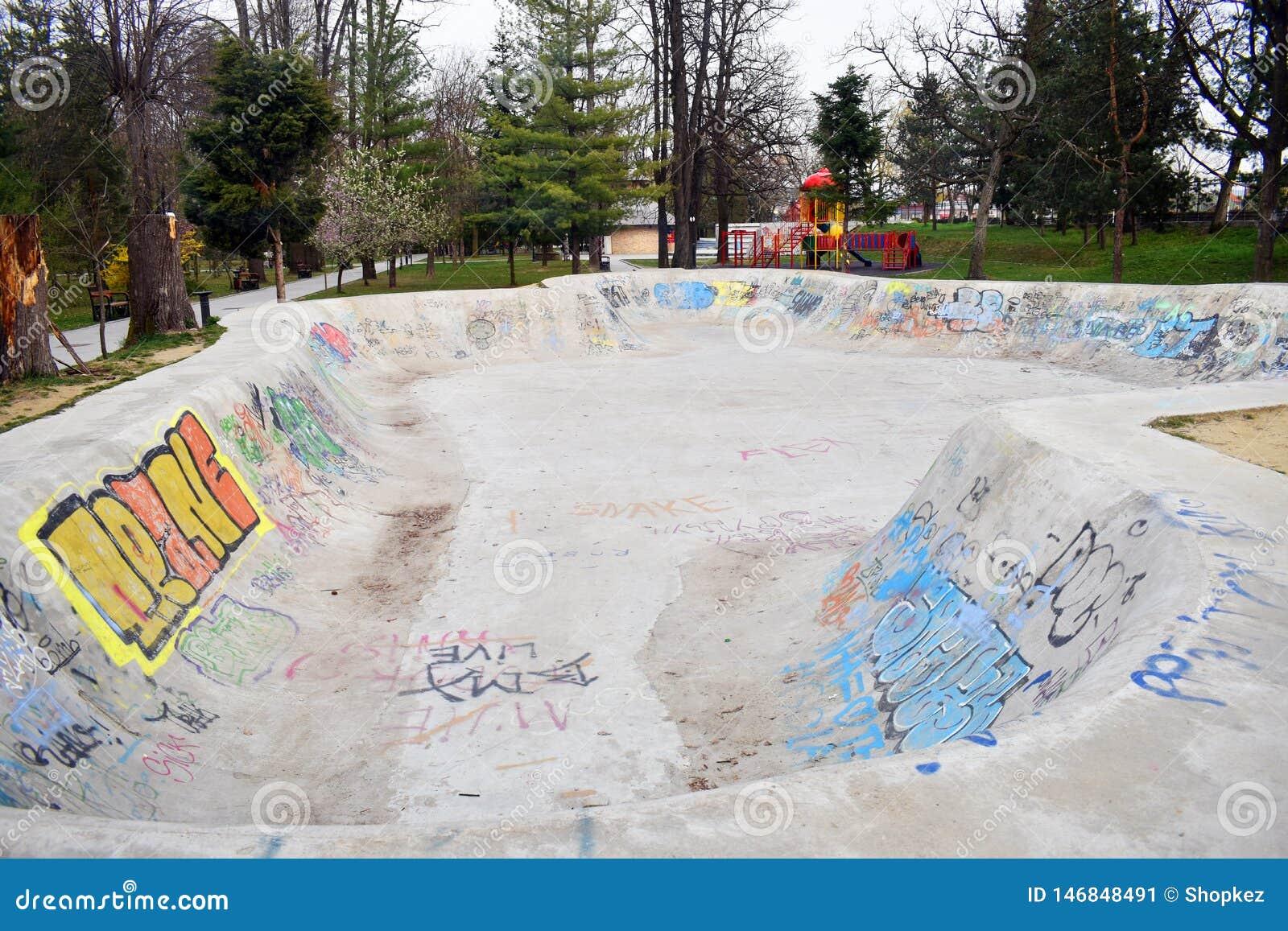 Ramnicu Valcea, Romênia - 02 04 2019 - concreto vazio skateboarding de patinagem do skate do projeto do skatepark do parque do pa
