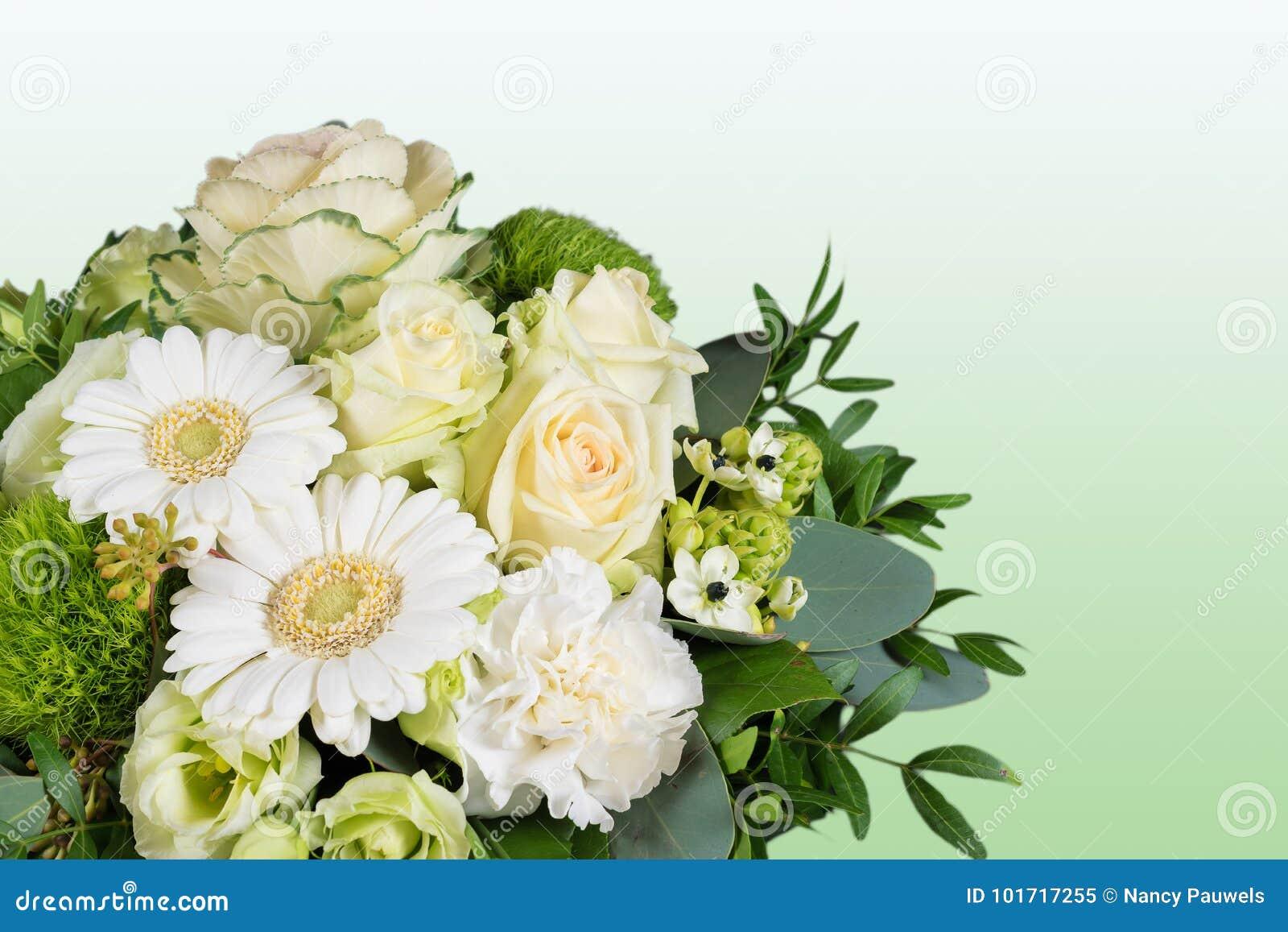 Ramo blanco de flores frescas en fondo verde
