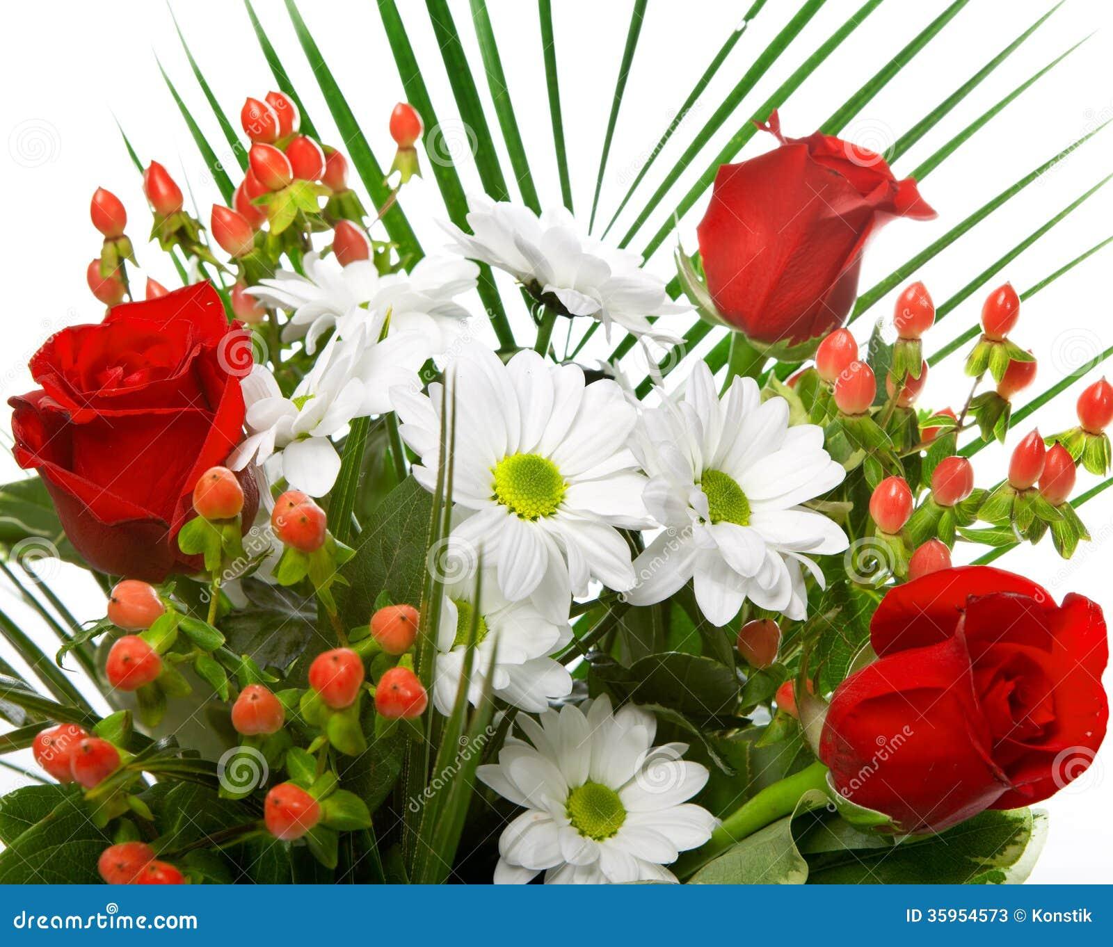 Ramo brillante con las manzanillas y las rosas. Ciérrese para arriba en un fondo blanco