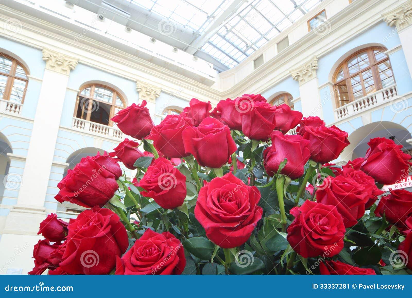 Ramo brillante grande de rosas rojas en pasillo imagen de - Ramos de flores grandes ...