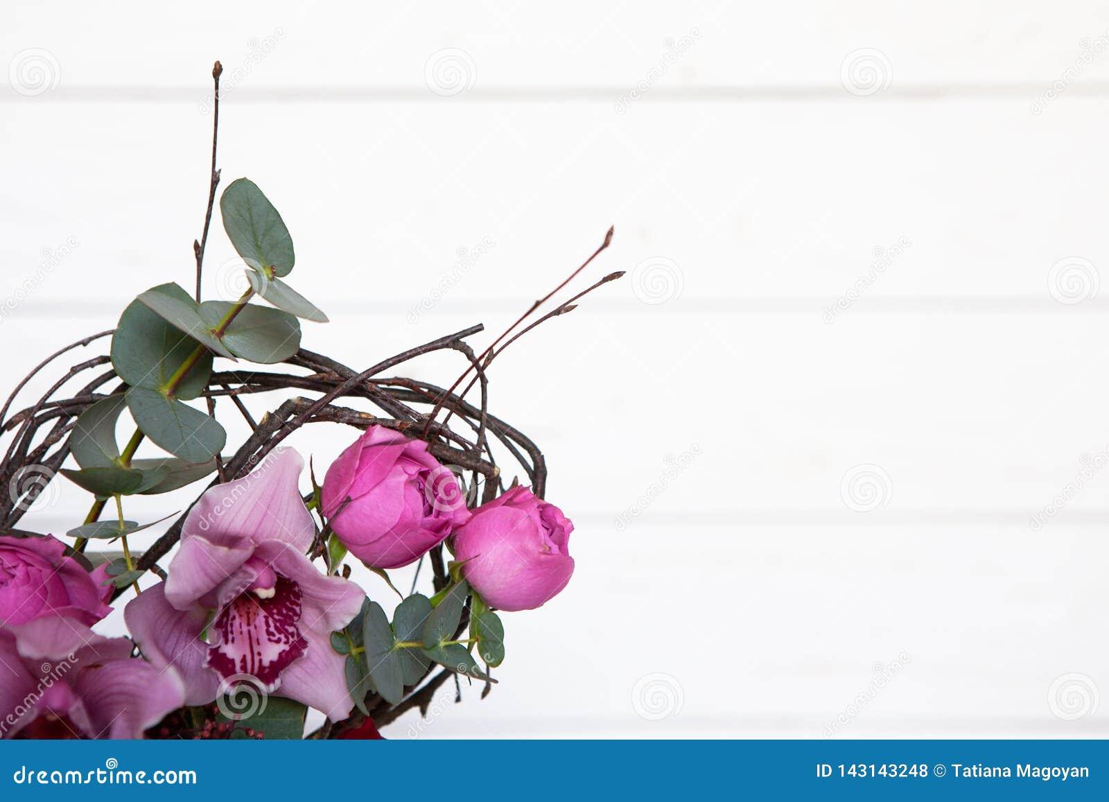 Ramo creativo de la flor en el fondo de madera blanco El foco en las flores, fondo se empaña Maqueta con el espacio de la copia