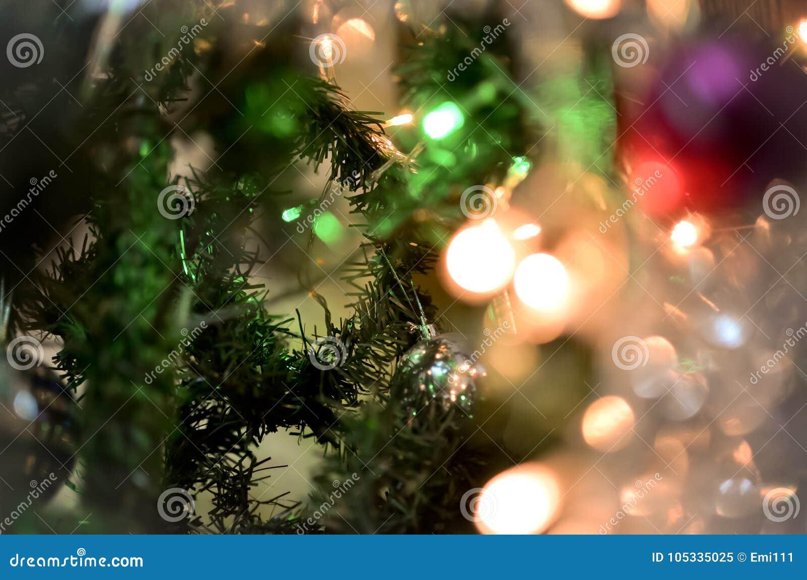 Ramo de árvore do Natal com luzes de incandescência