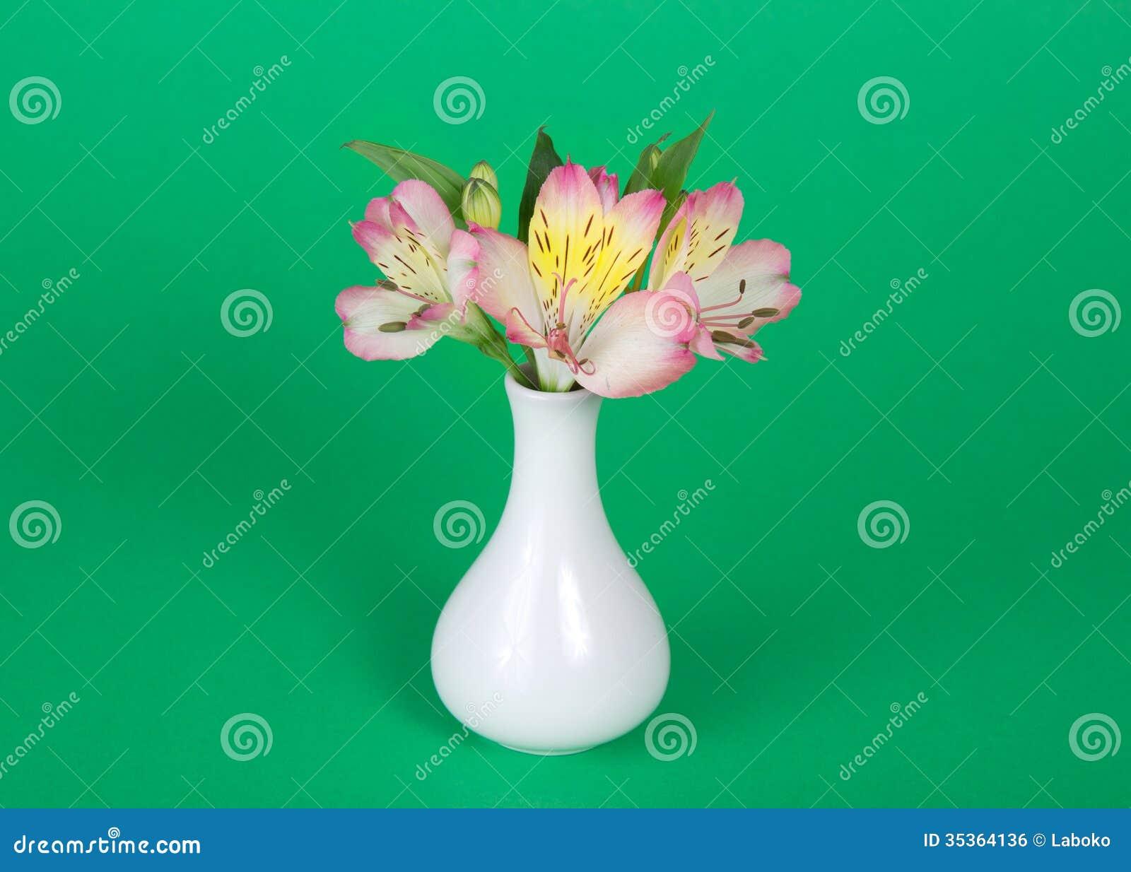 Ramo de alstroemeria en florero