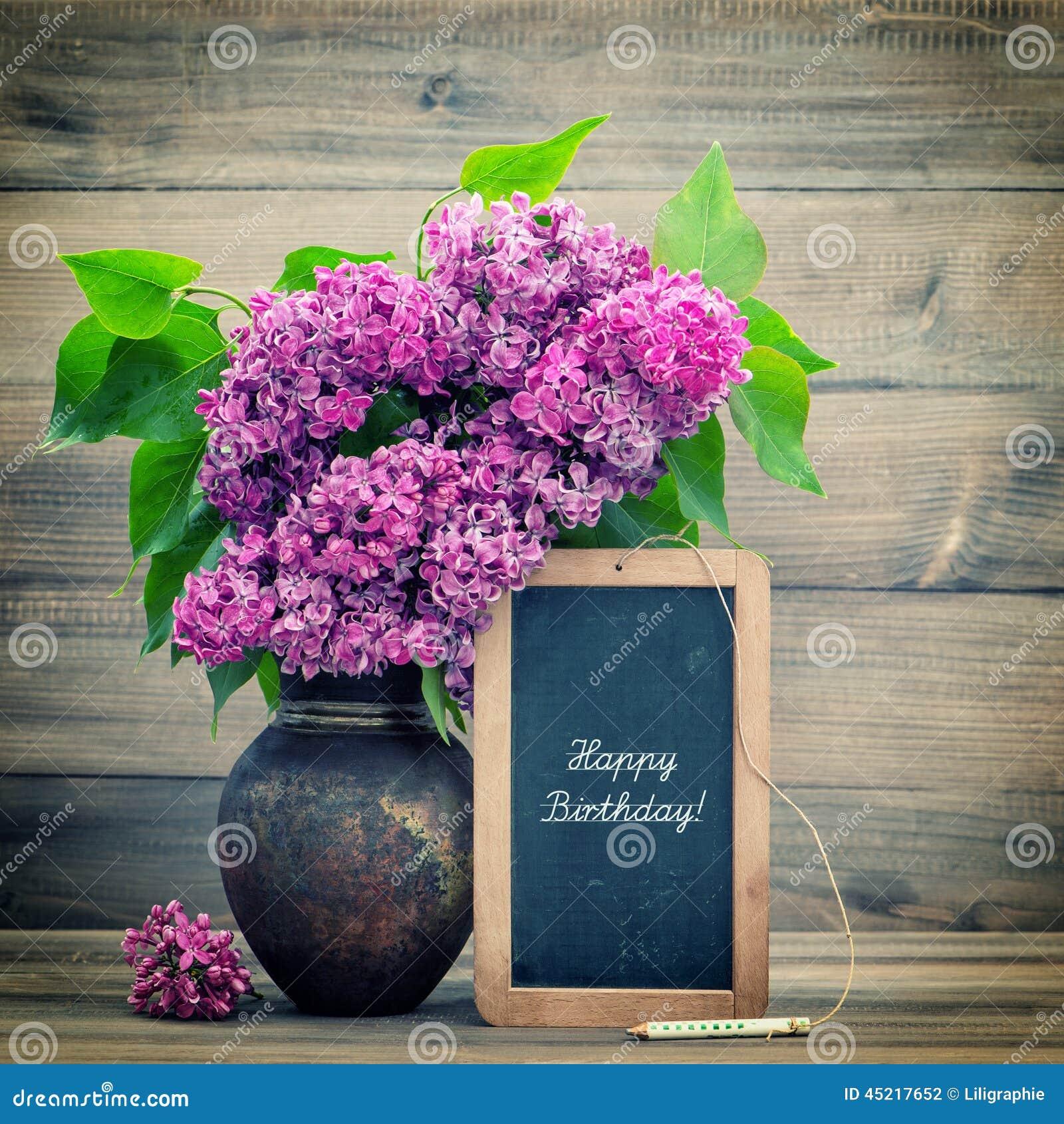 Ramo de flores de la lila ¡pizarra con feliz cumpleaños del texto!