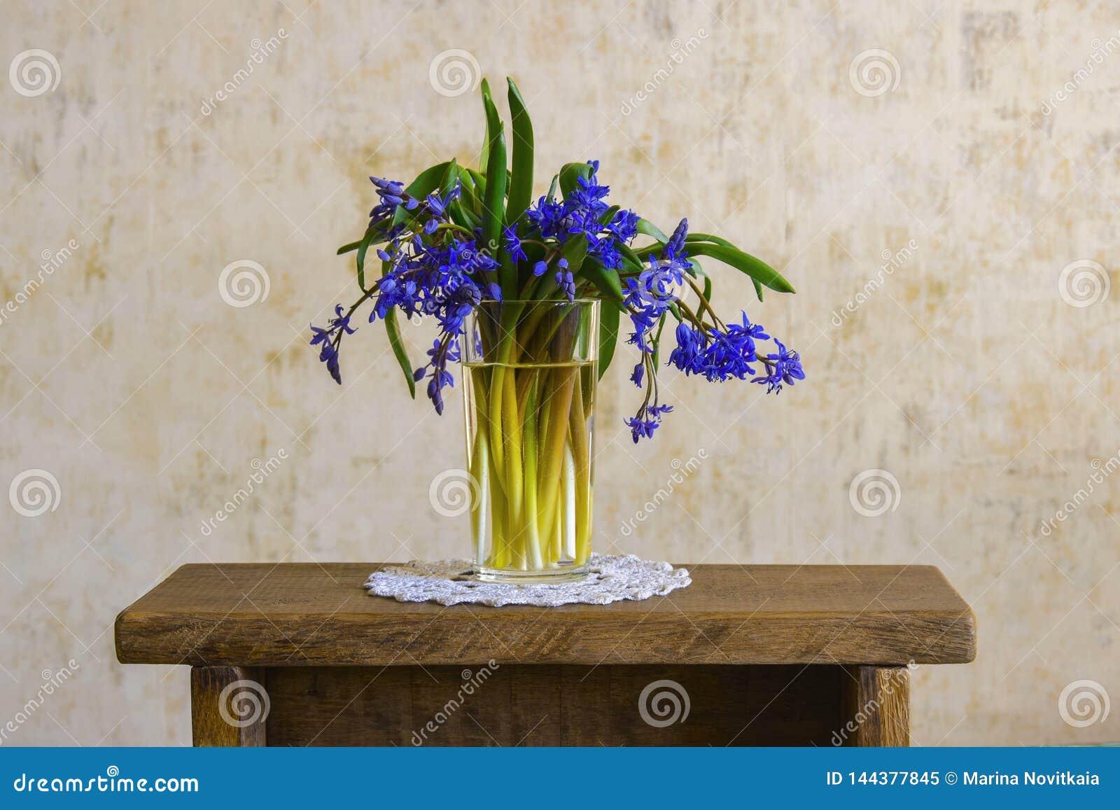 Ramo de flores del bosque en mano femenina