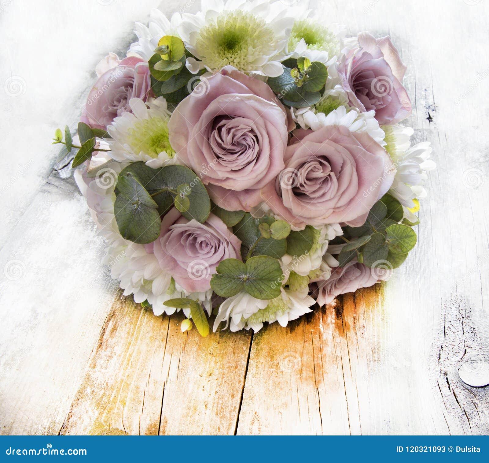 Ramo De Flores Naturales Con Las Rosas Imagen De Archivo Imagen De