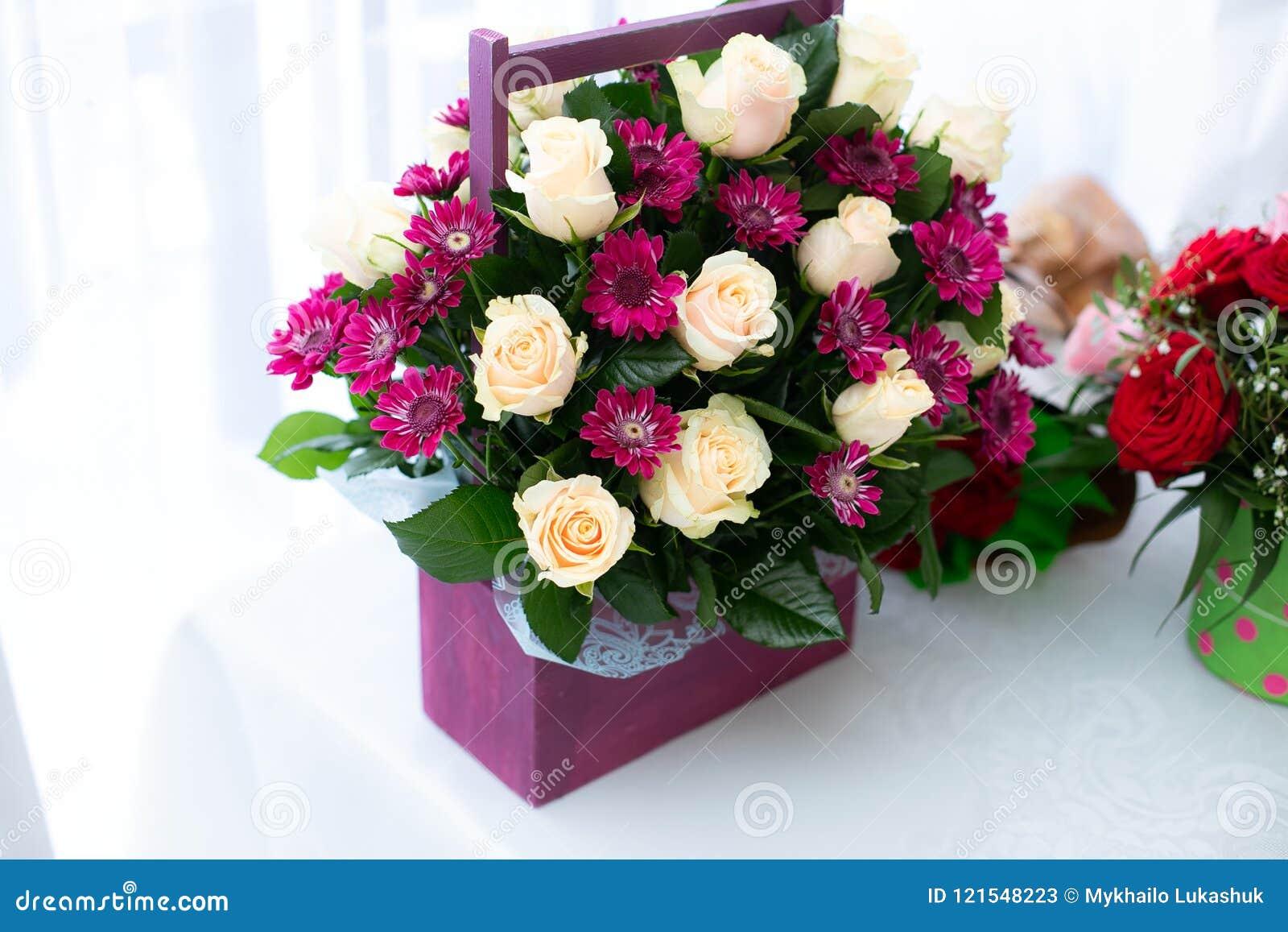 Ramo De Flores Rojas Y Blancas En La Caja De Madera En La Tabla