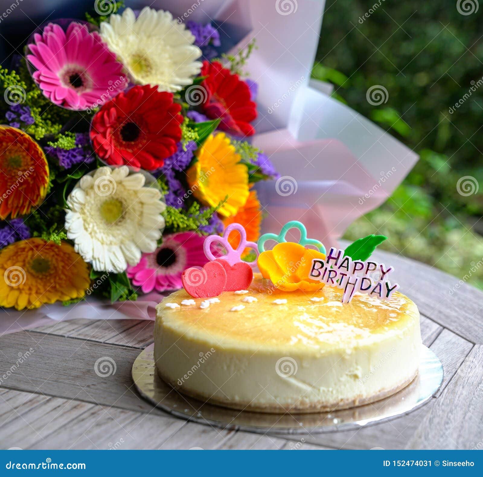 Ramo de flores y de pastel de queso de la margarita del gerbera