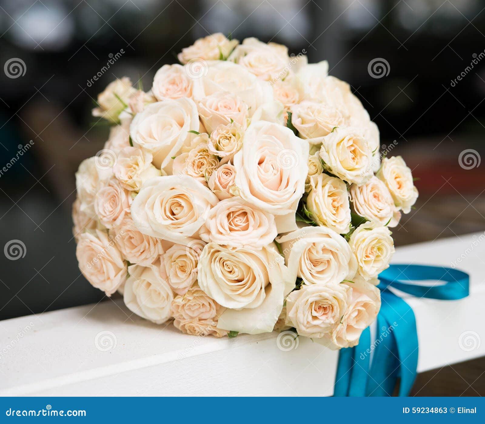 Ramo de la boda con la marfil, rosas beige