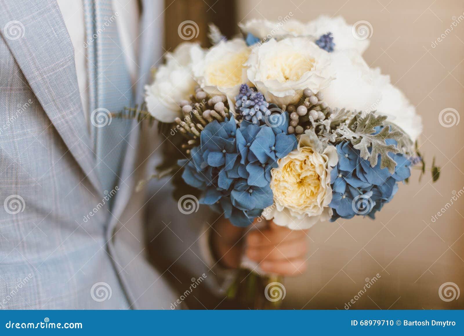 Ramo de la boda del control del novio en su mano