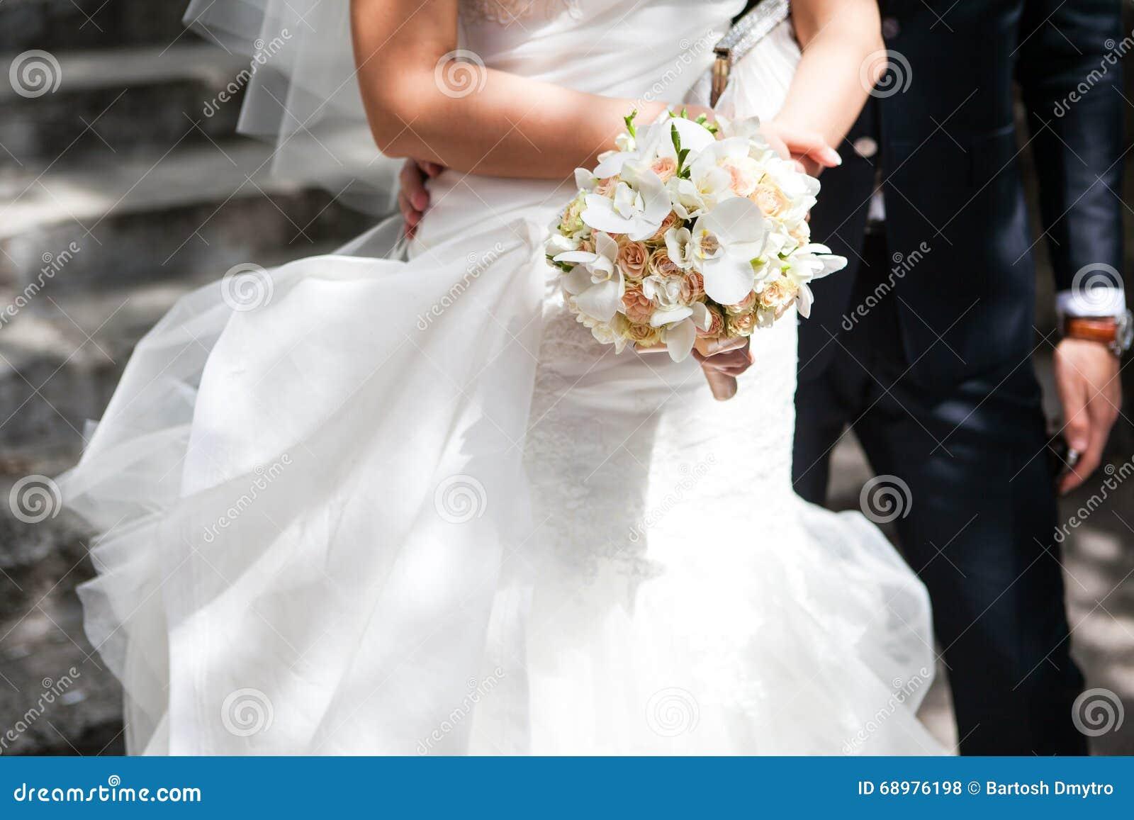 Ramo de la boda en las manos de la novia