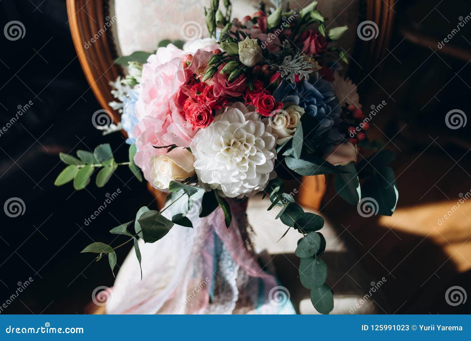 Ramo De La Boda En Sillas Con Las Flores Rojas Y Blancas Imagen De