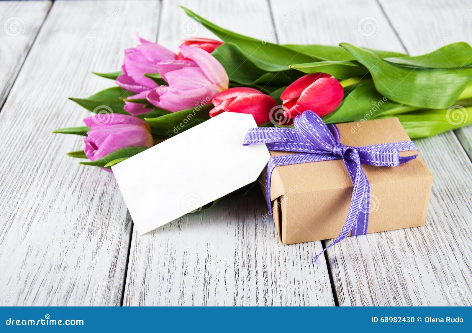 Ramo de los tulipanes y caja de regalo