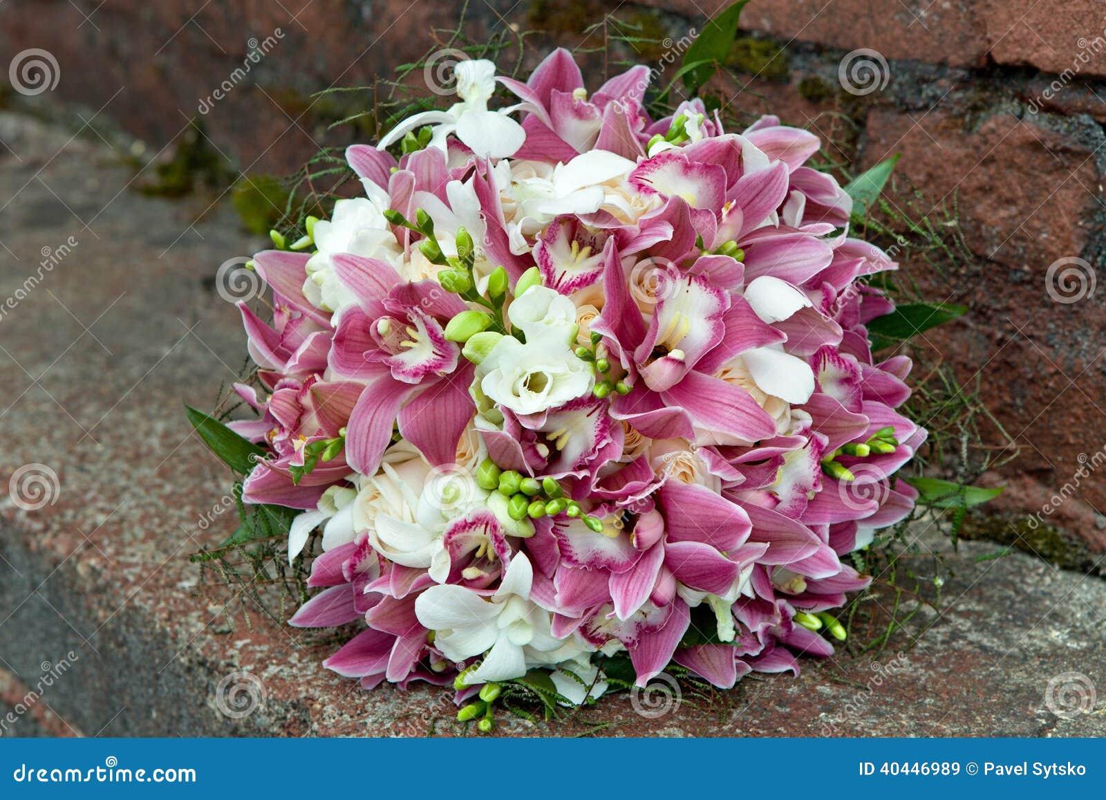 Ramo de orquídeas, de rosas, de iris y de otras flores en un fondo