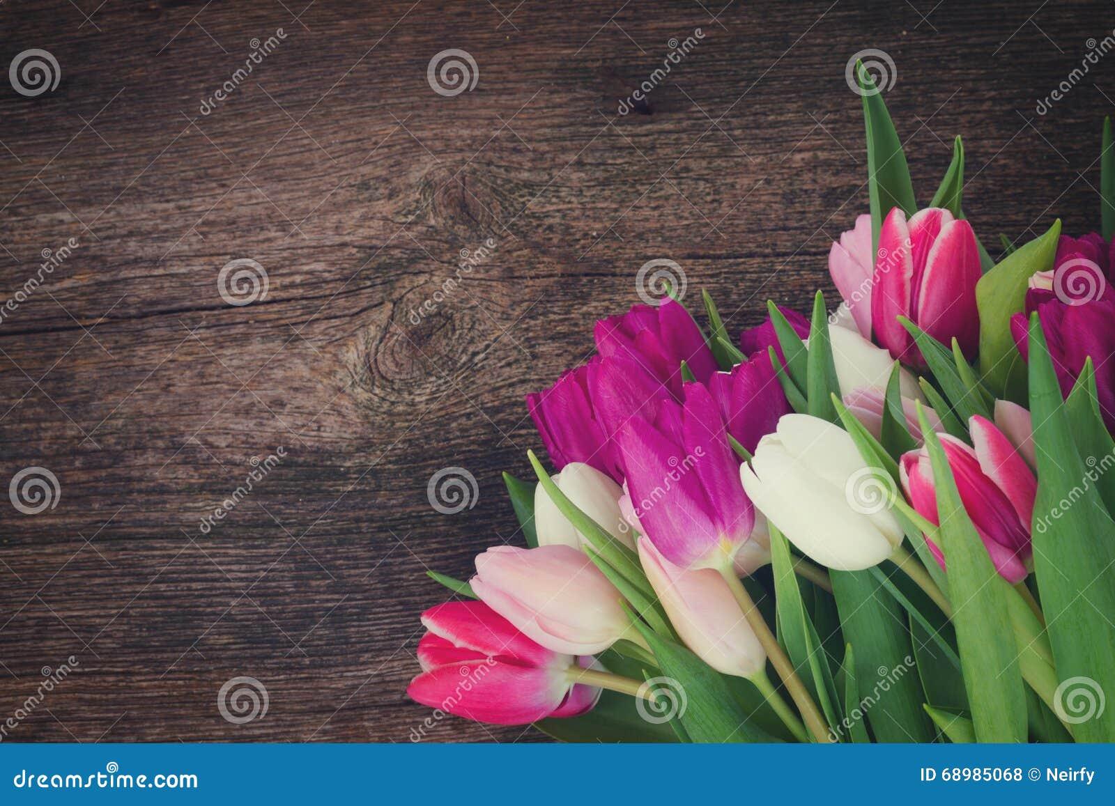 Ramo de tulipanes rosados, púrpuras y blancos