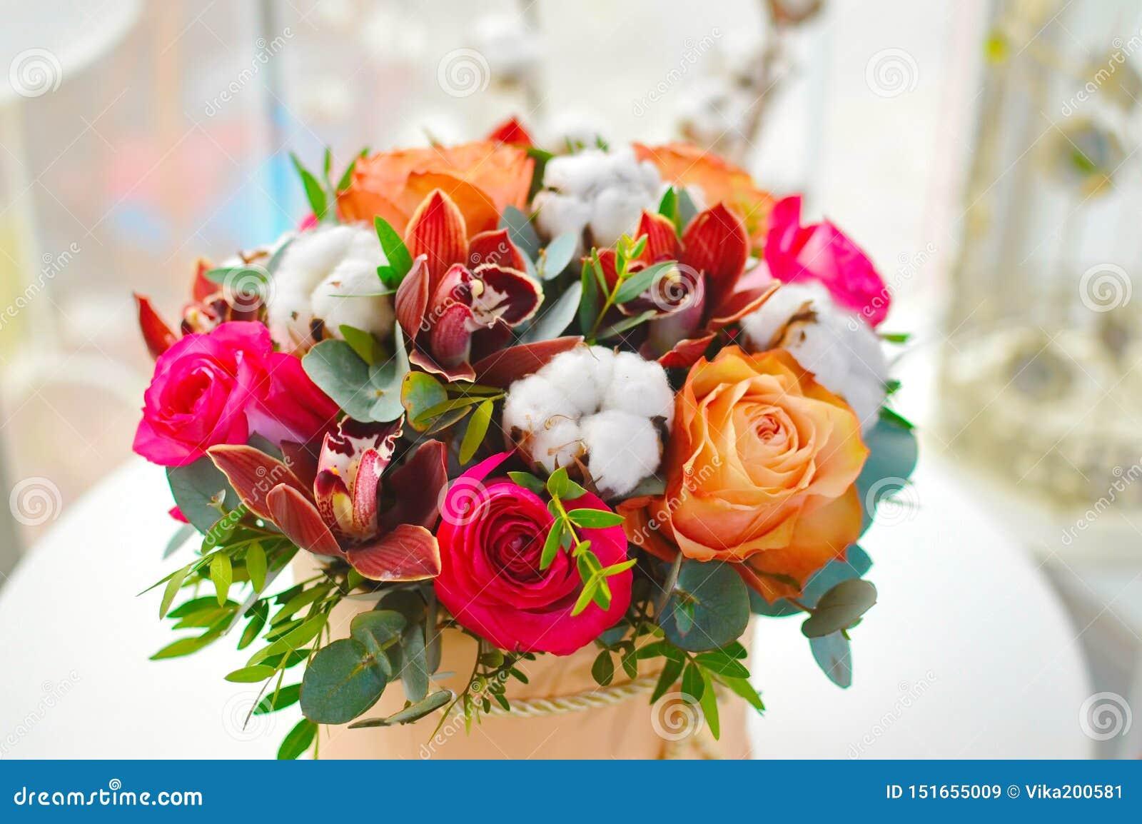 Ramo elegante de flores en una caja beige del sombrero