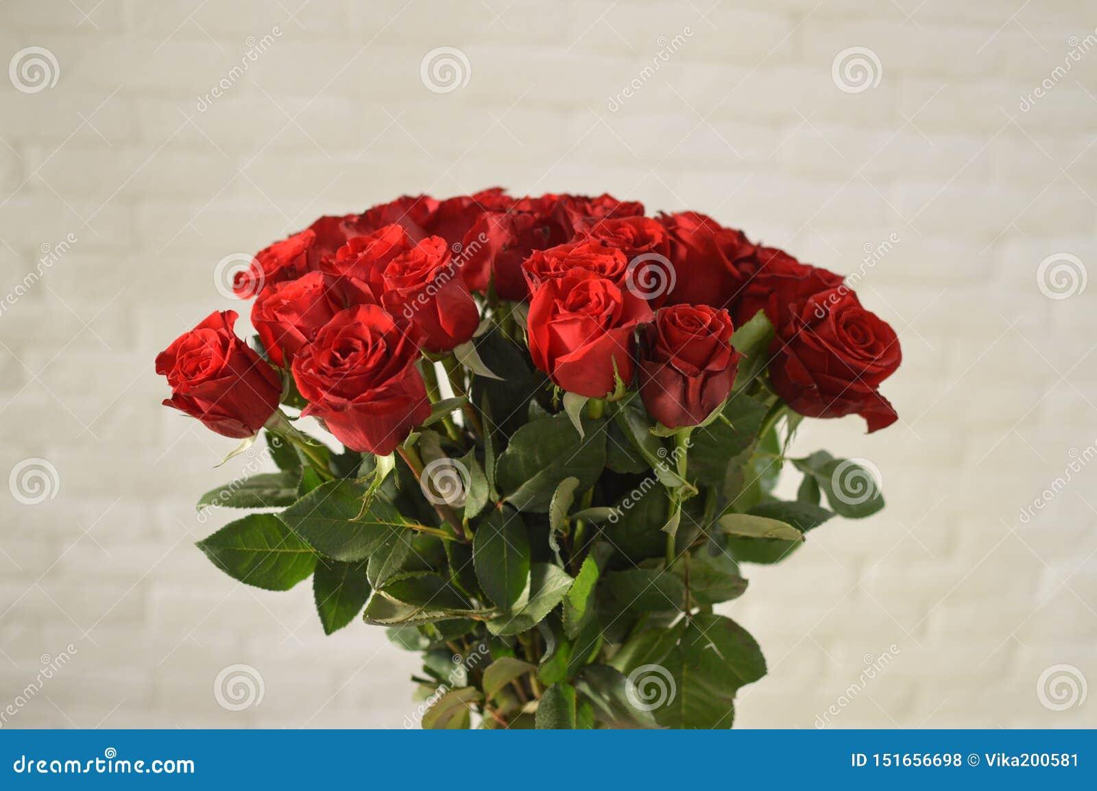 Ramo elegante de rosas del escarlata