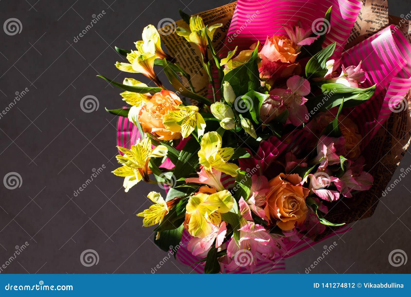 Ramo elegante hermoso de la primavera del verano con las rosas y los alstroemerias