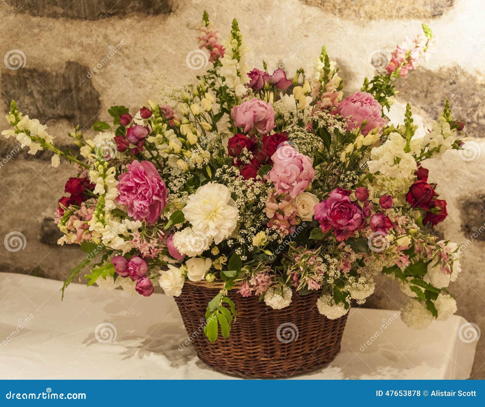 Ramo grande de flores con un fondo de la pared de piedra