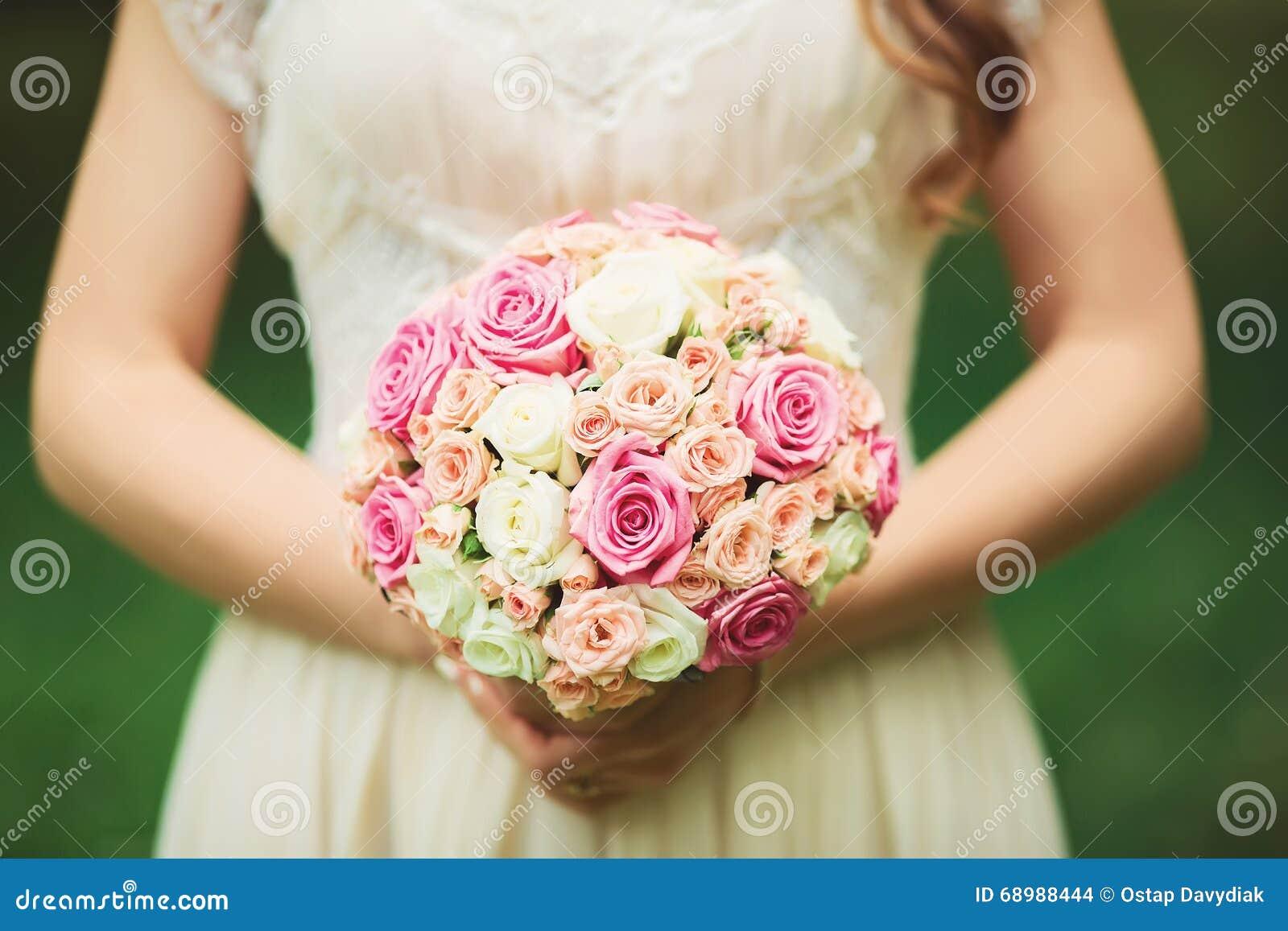 Ramo hermoso de la boda en las manos de la novia