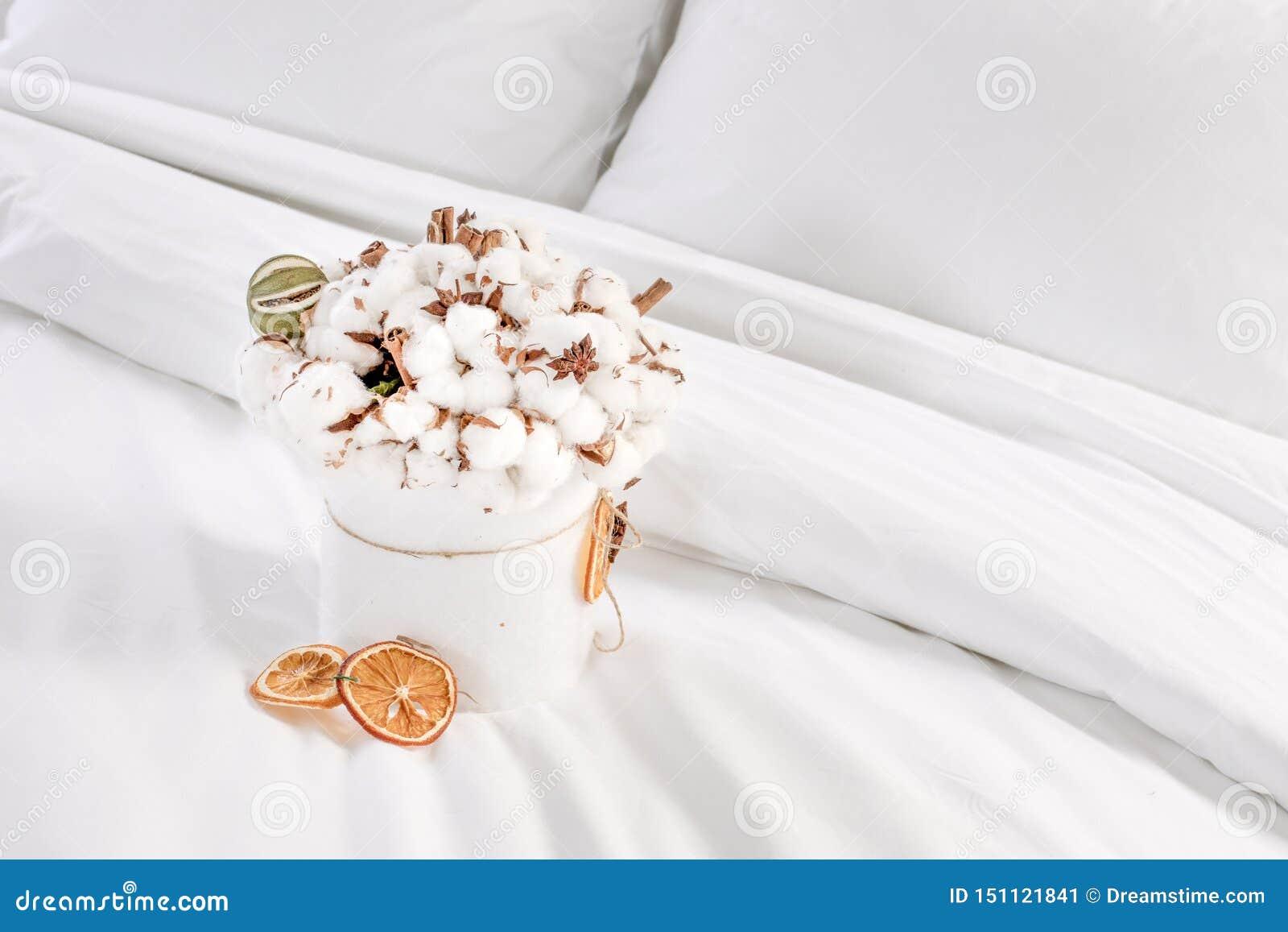 Ramo original y hermoso de las flores del algodón en un bowle blanco