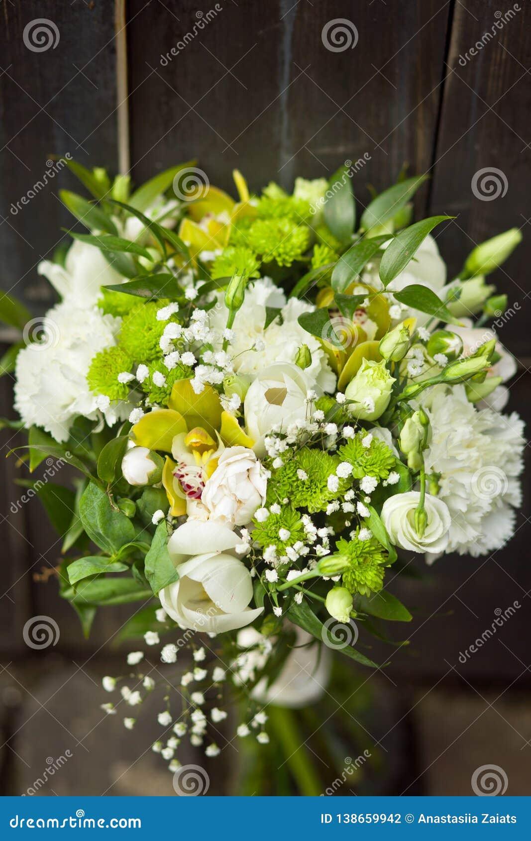 Ramo que se casa blanco con los tulipanes